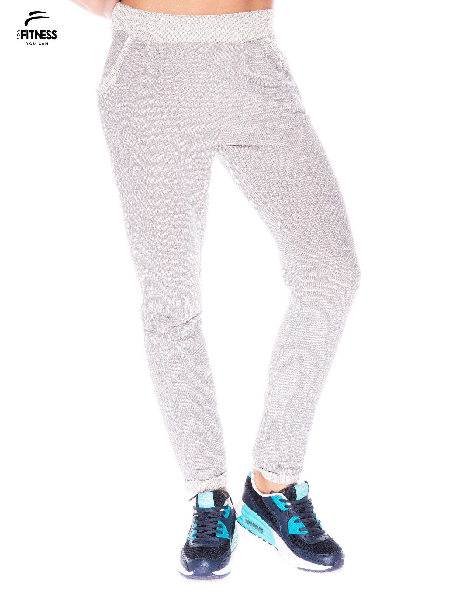 Jasnoszare spodnie dresowe ze zwężaną nogawką zakończoną na dole ściągaczem                                  zdj.                                  1