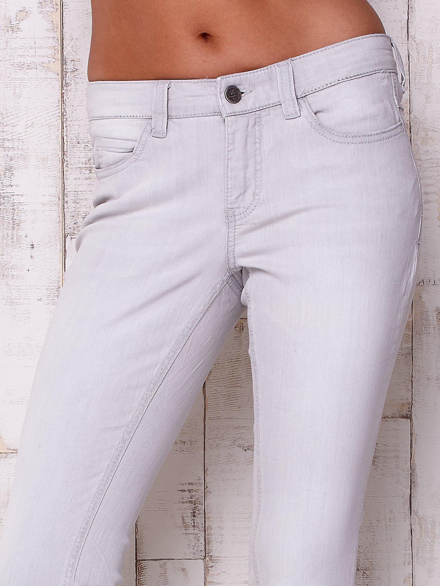 Jasnoszare spodnie o regularnym kroju                                  zdj.                                  4