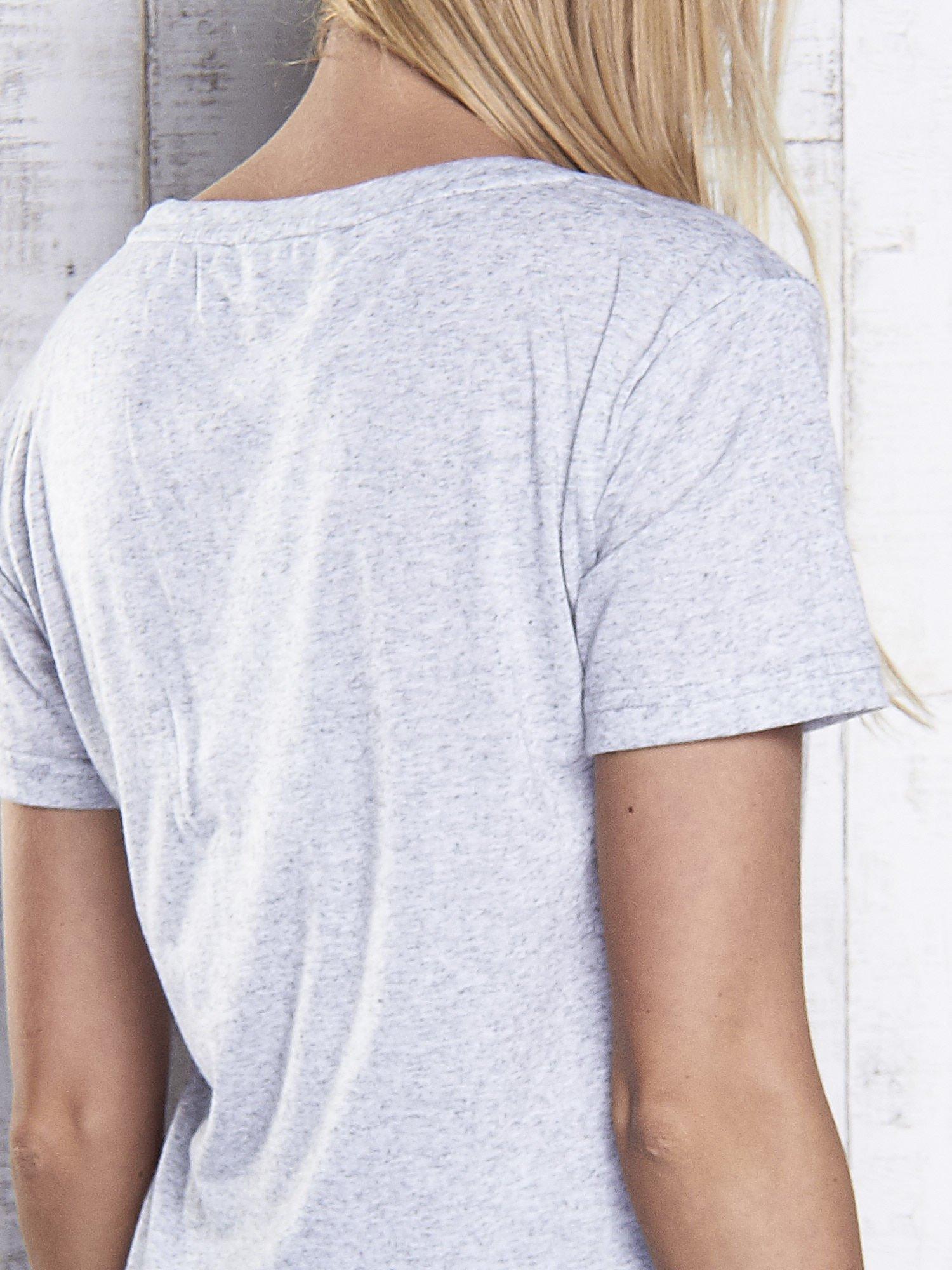 Jasnoszary melanżowy t-shirt z trójkątnym dekoltem                                  zdj.                                  6