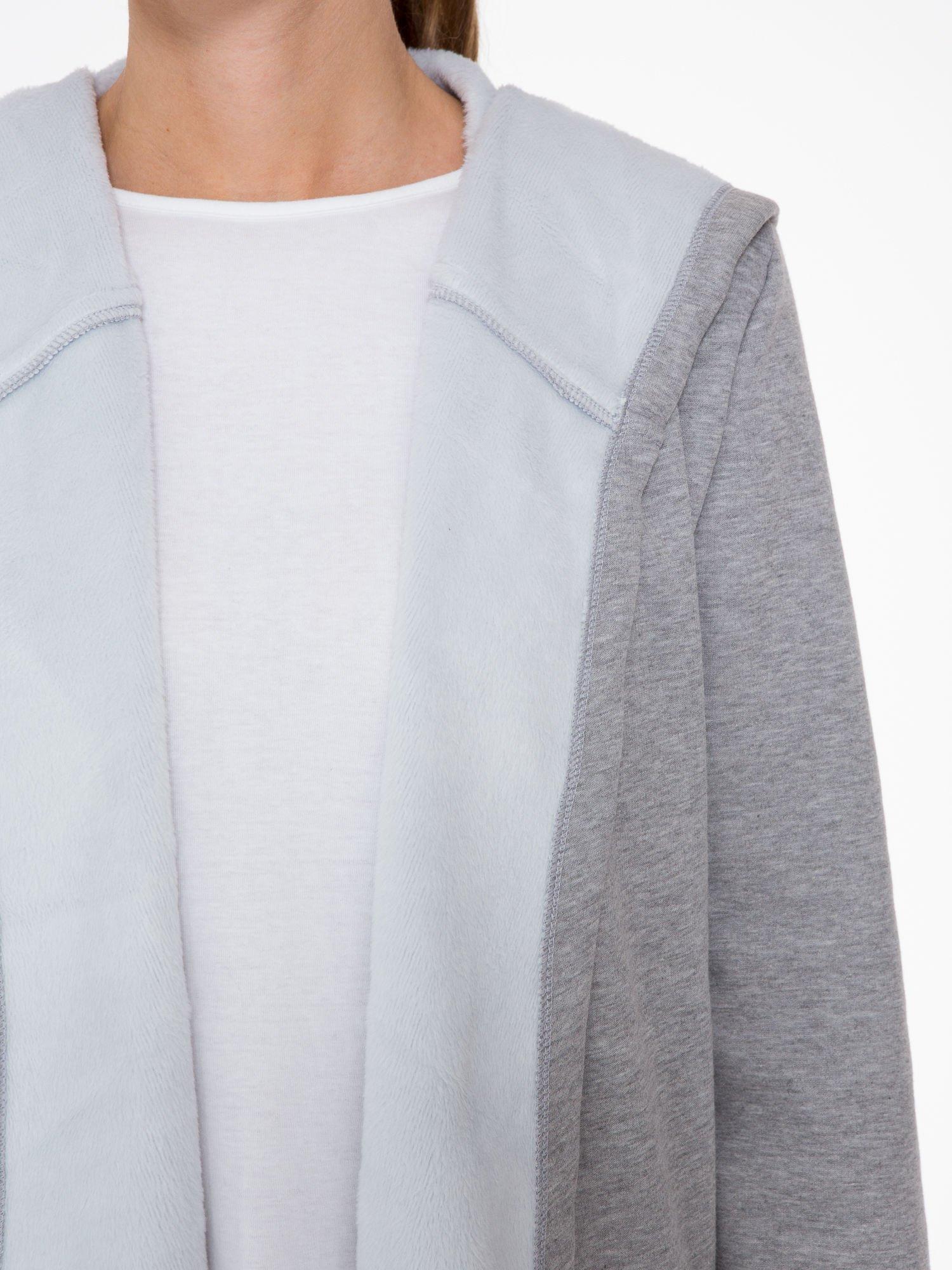 Jasnoszary płaszcz dresowy z asymetrycznymi bokami                                  zdj.                                  6
