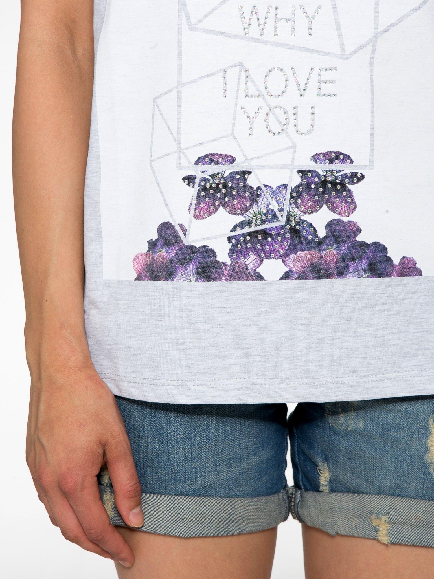 Jasnoszary t-shirt z kwiatowym nadrukiem zdobionym dżetami                                  zdj.                                  6