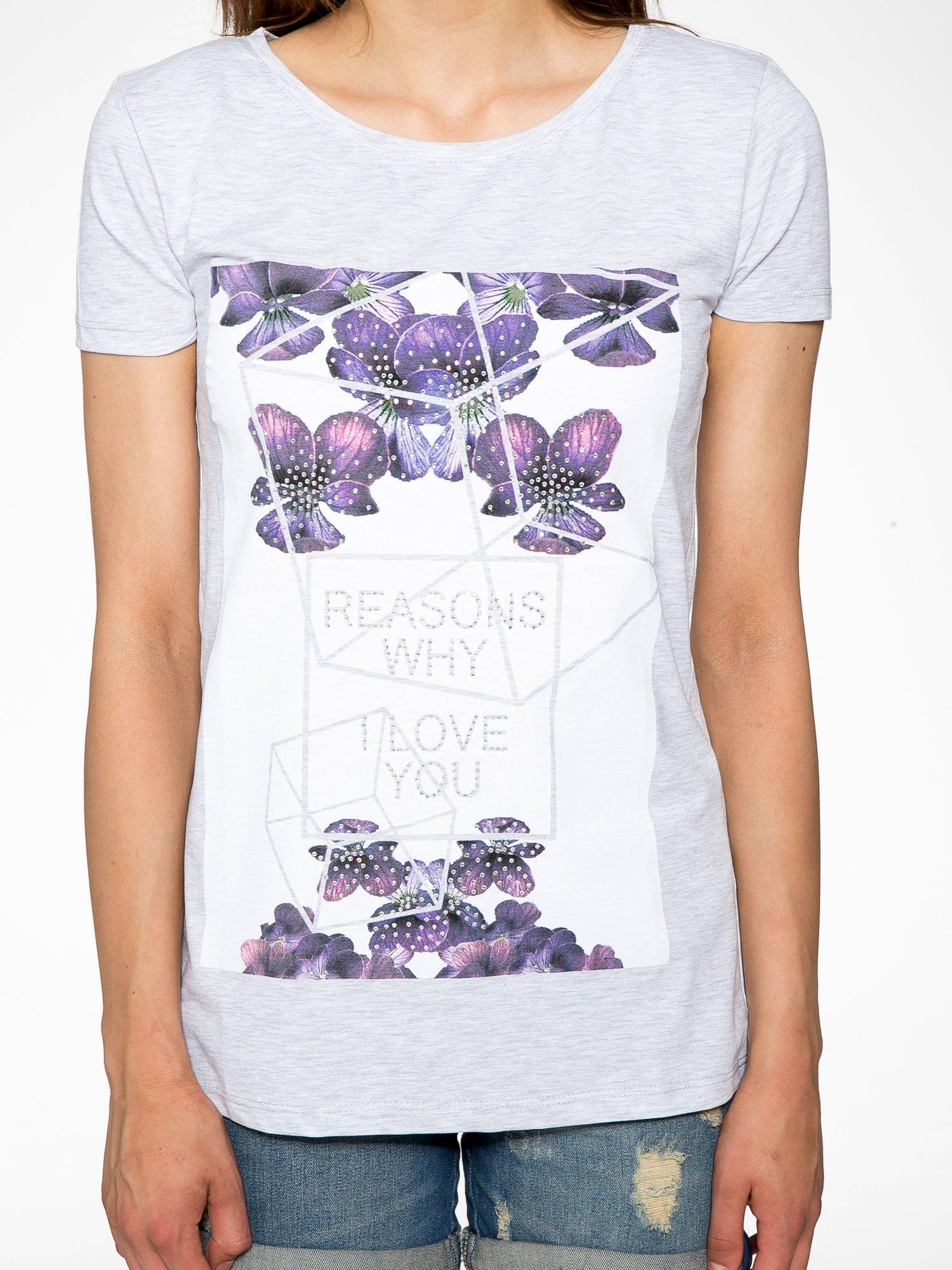 Jasnoszary t-shirt z kwiatowym nadrukiem zdobionym dżetami                                  zdj.                                  7