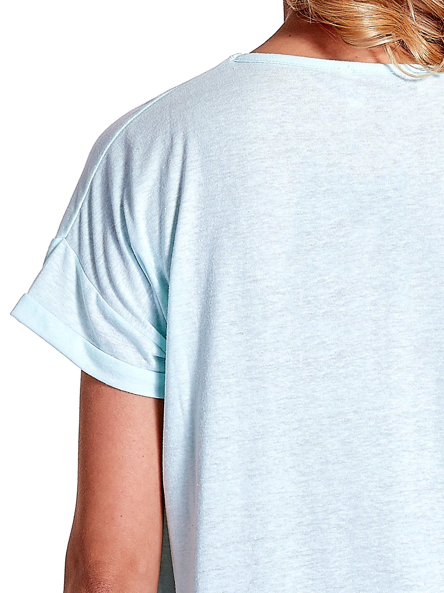 Jasnoturkusowy t-shirt z kieszonką                                  zdj.                                  6