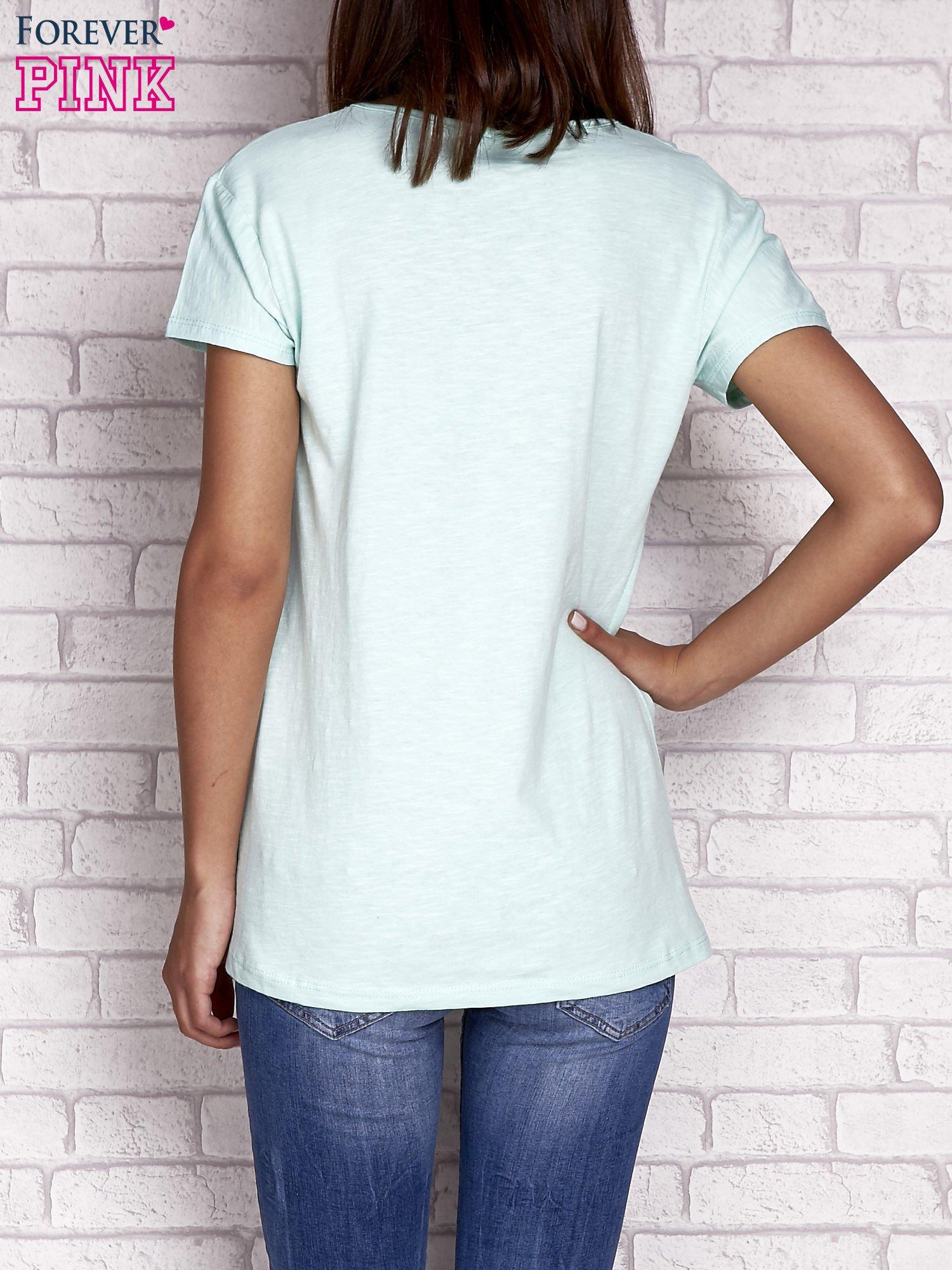 Jasnozielony t-shirt z naszywką ARMY                                  zdj.                                  2