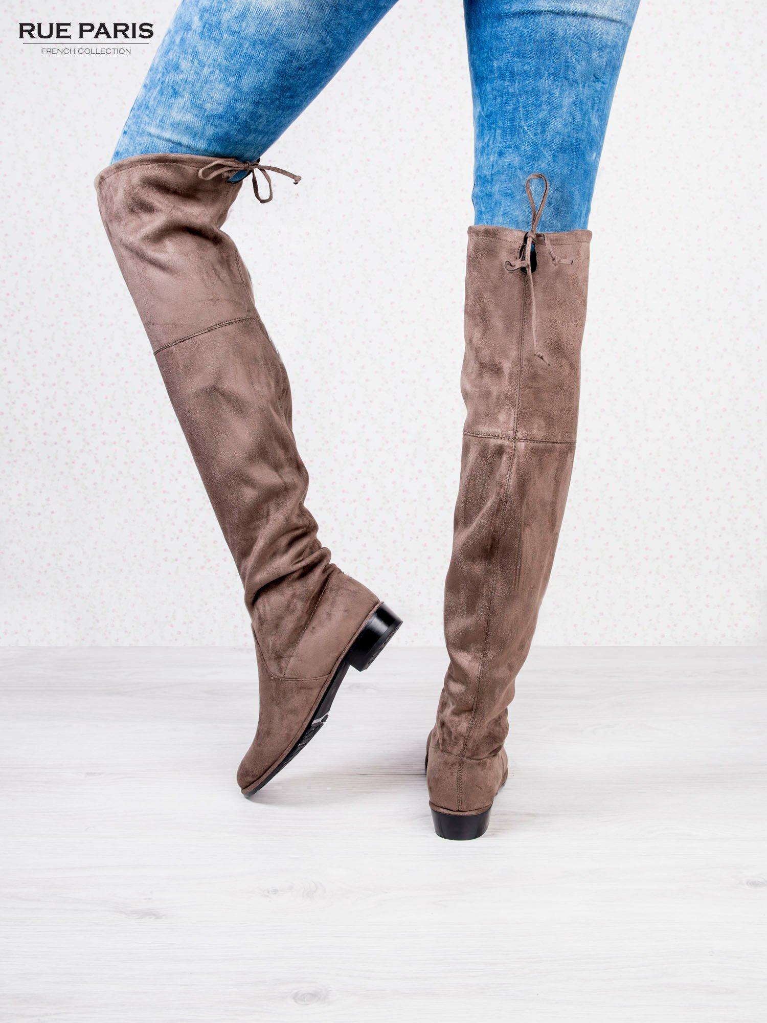 Kawowe zamszowe kozaki za kolano na płaskim obcasie                                  zdj.                                  4