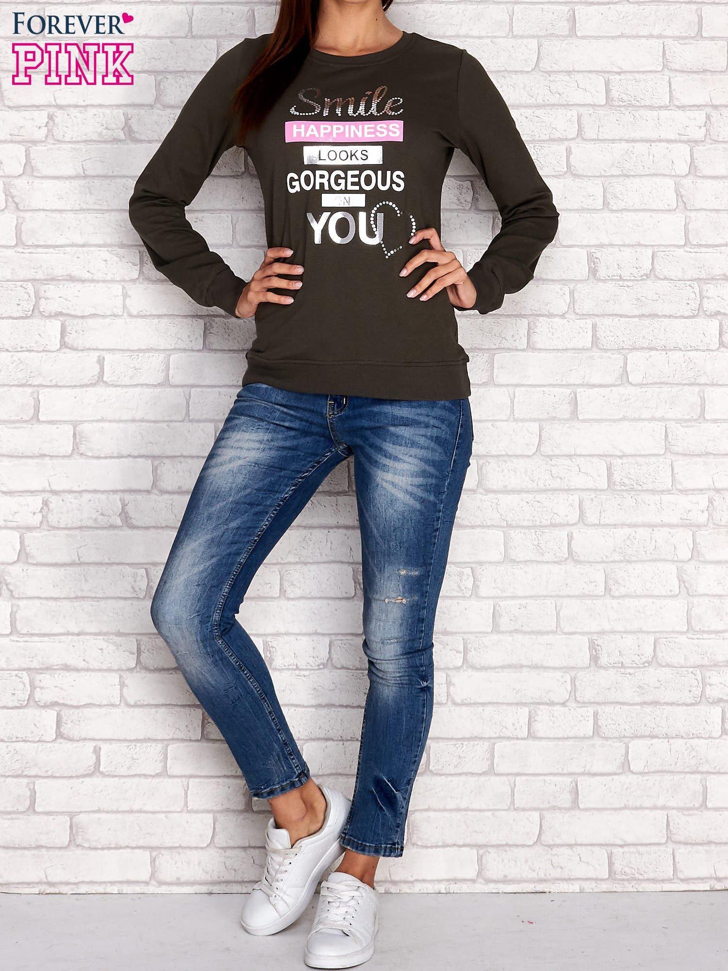 Khaki bluza z napisem SMILE HAPPINESS LOOKS GORGEOUS ON YOU                                  zdj.                                  2