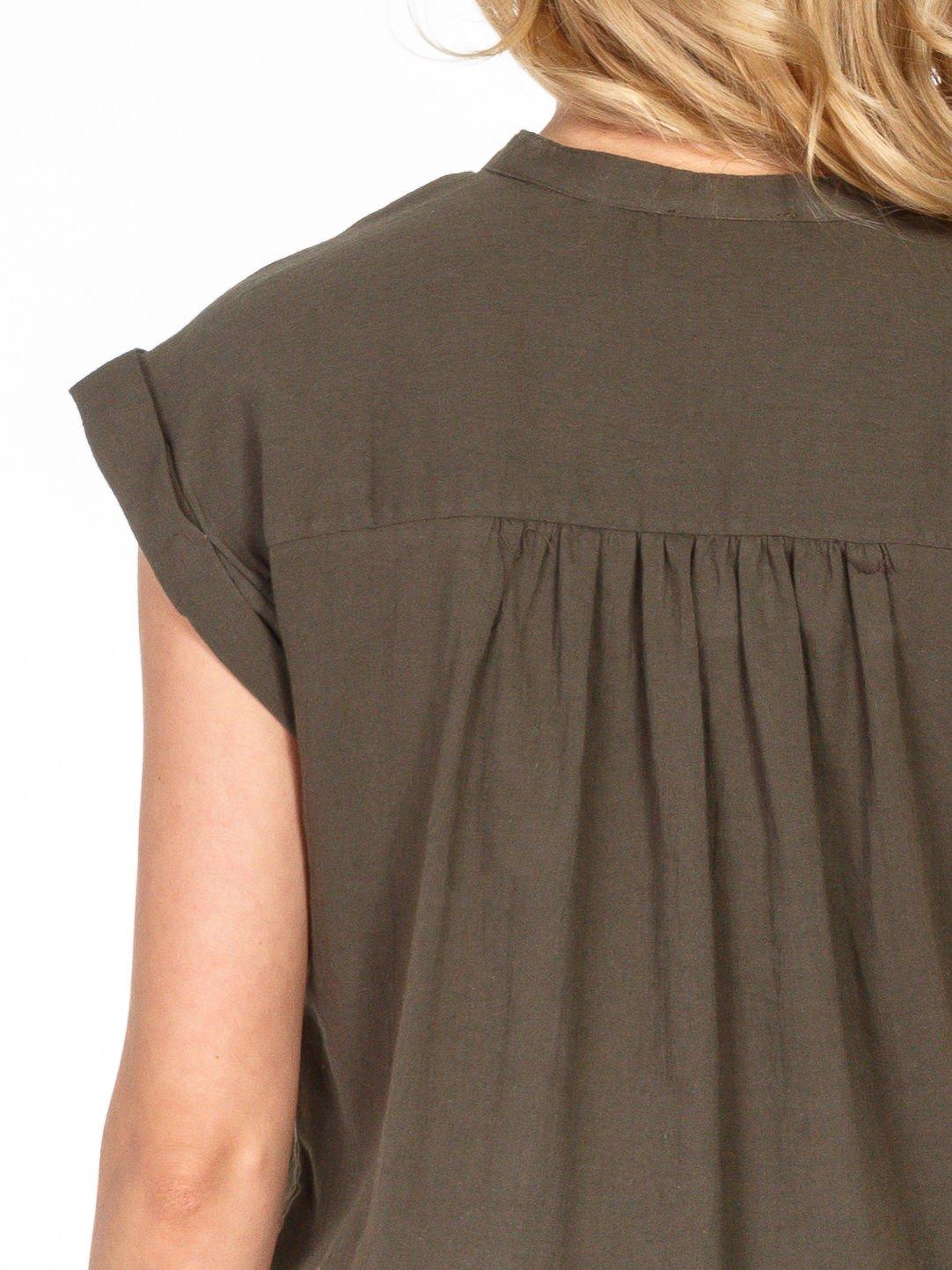 Khaki bluzka koszulowa z ażurowaniem wzdłuż dekoltu                                  zdj.                                  6