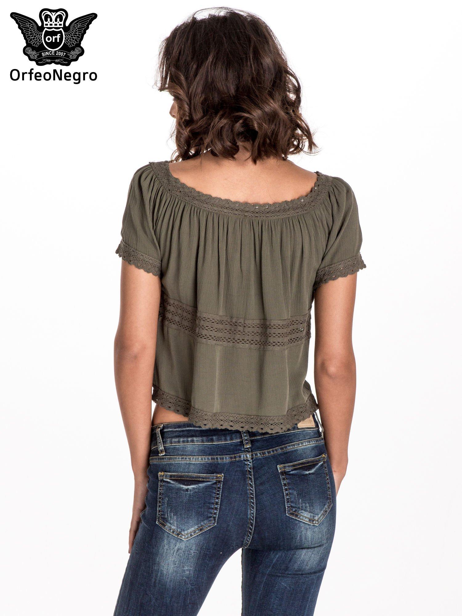 Khaki bluzka koszulowa z ażurowymi przeszyciami                                  zdj.                                  3