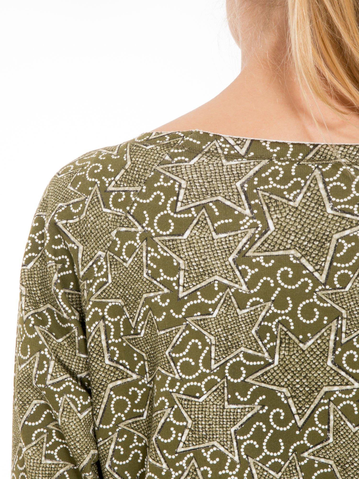 Khaki bluzka z surowym wykończeniem we wzór gwiazd                                  zdj.                                  7