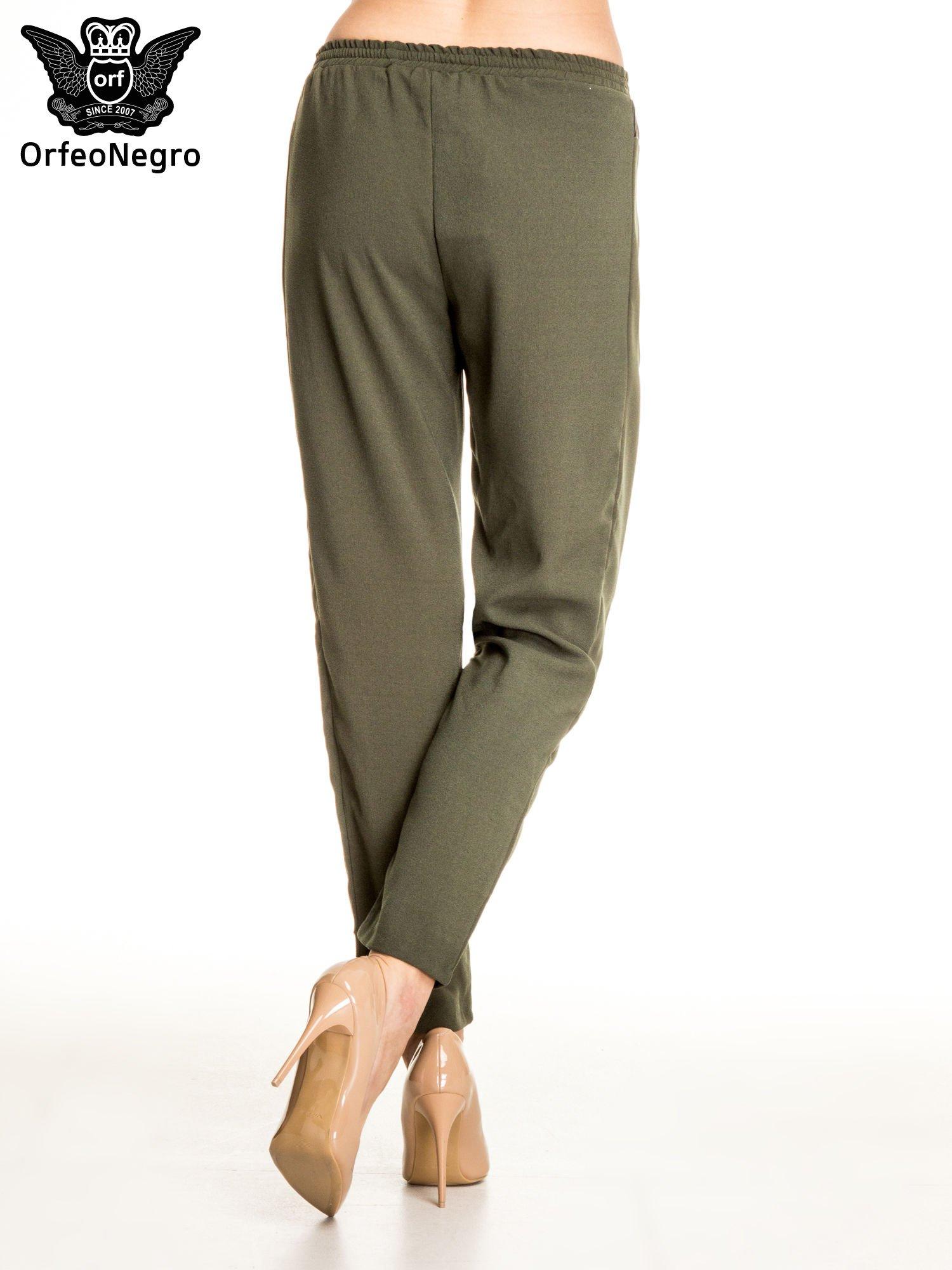 Khaki spodnie materiałowe ze skórzaną wstawką                                   zdj.                                  4