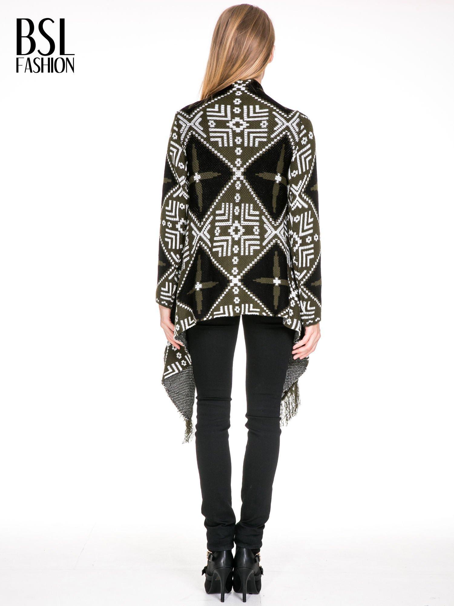 Khaki sweter narzutka w azteckie wzory z frędzlami                                  zdj.                                  4