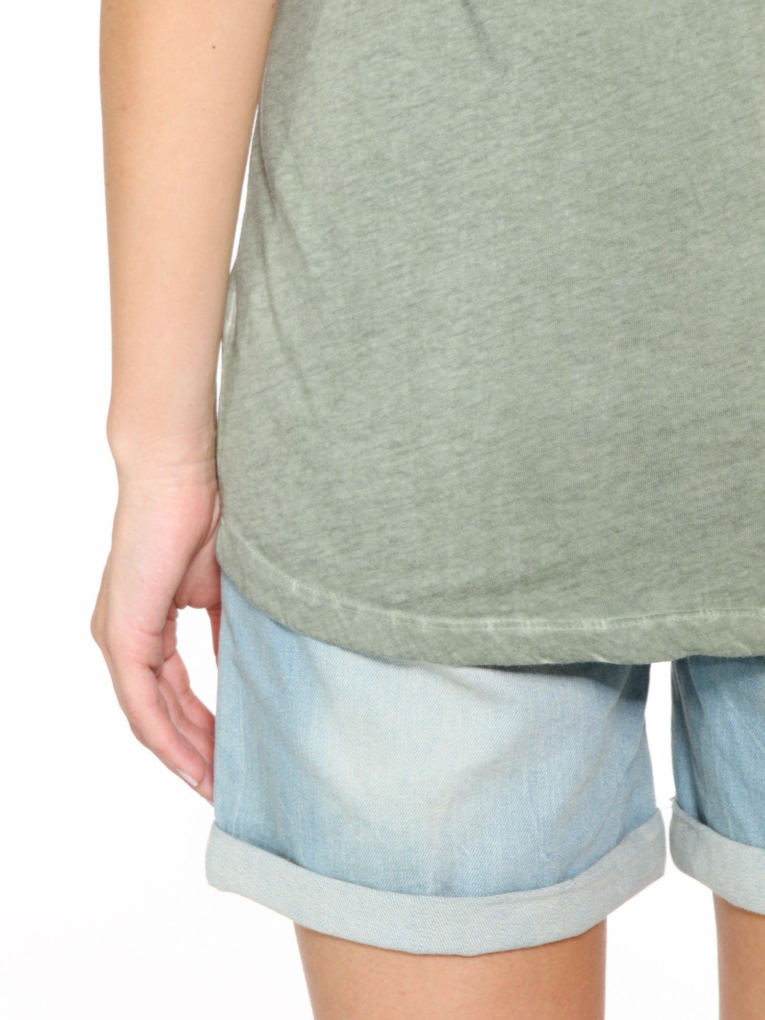Khaki t-shirt z cekinowym krzyżem                                  zdj.                                  10