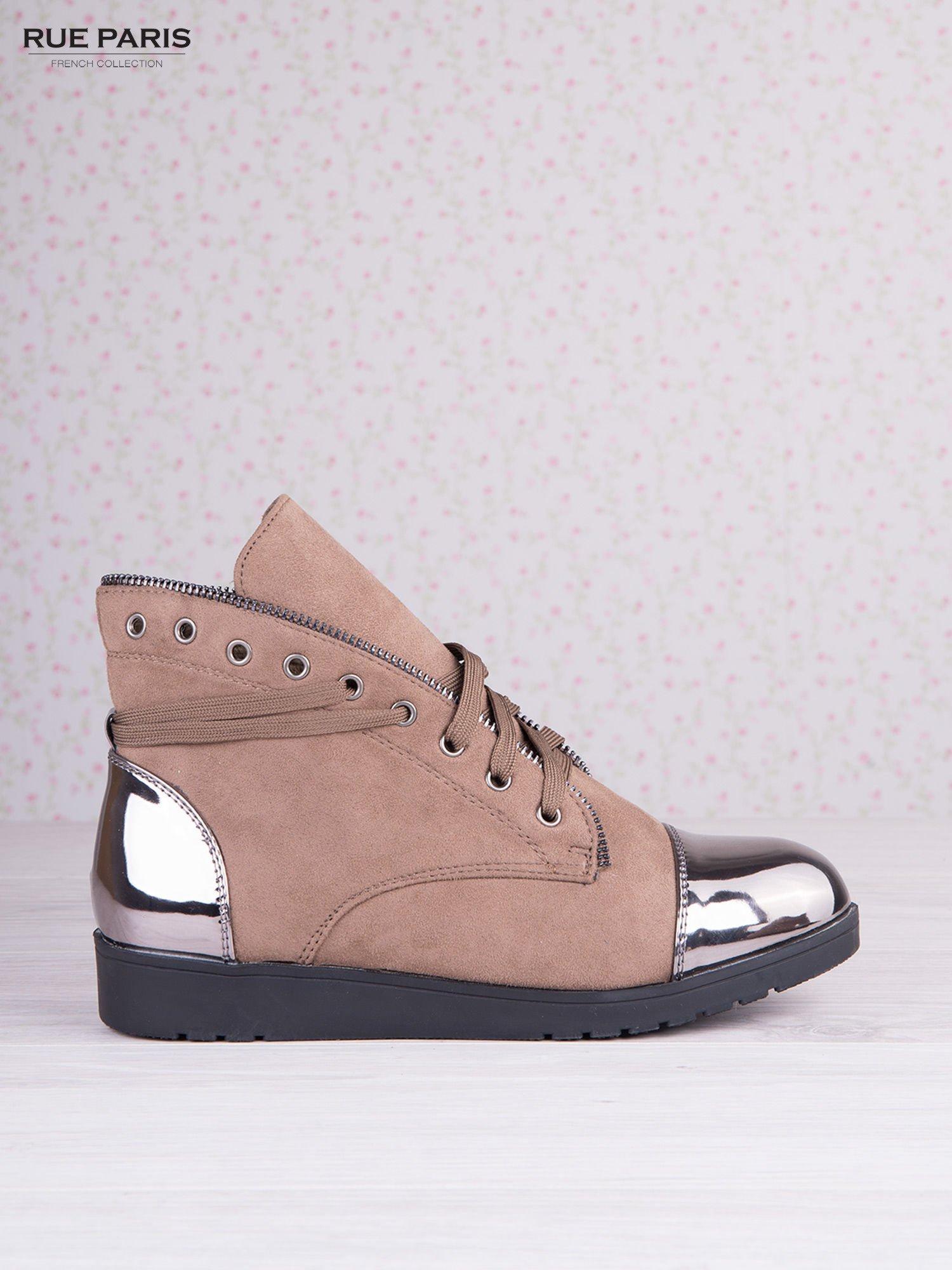 Khaki zamszowe sneakersy z ozdobnym suwakiem i lustrzanymi wstawkami                                  zdj.                                  1