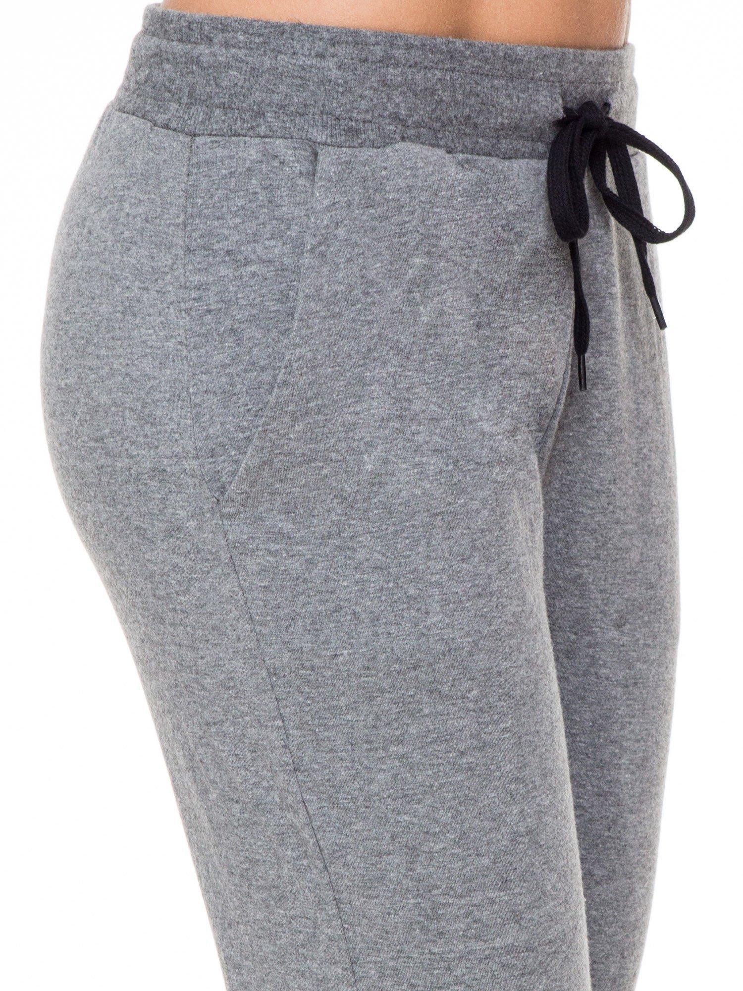 Klasyczne ciemnoszare spodnie dresowe wiązane w pasie                                  zdj.                                  4
