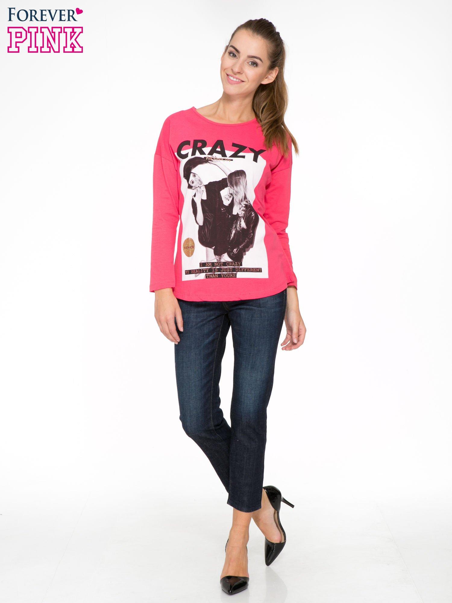 Koralowa bluzka z napisem CRAZY i nadrukiem fashionistek                                  zdj.                                  2