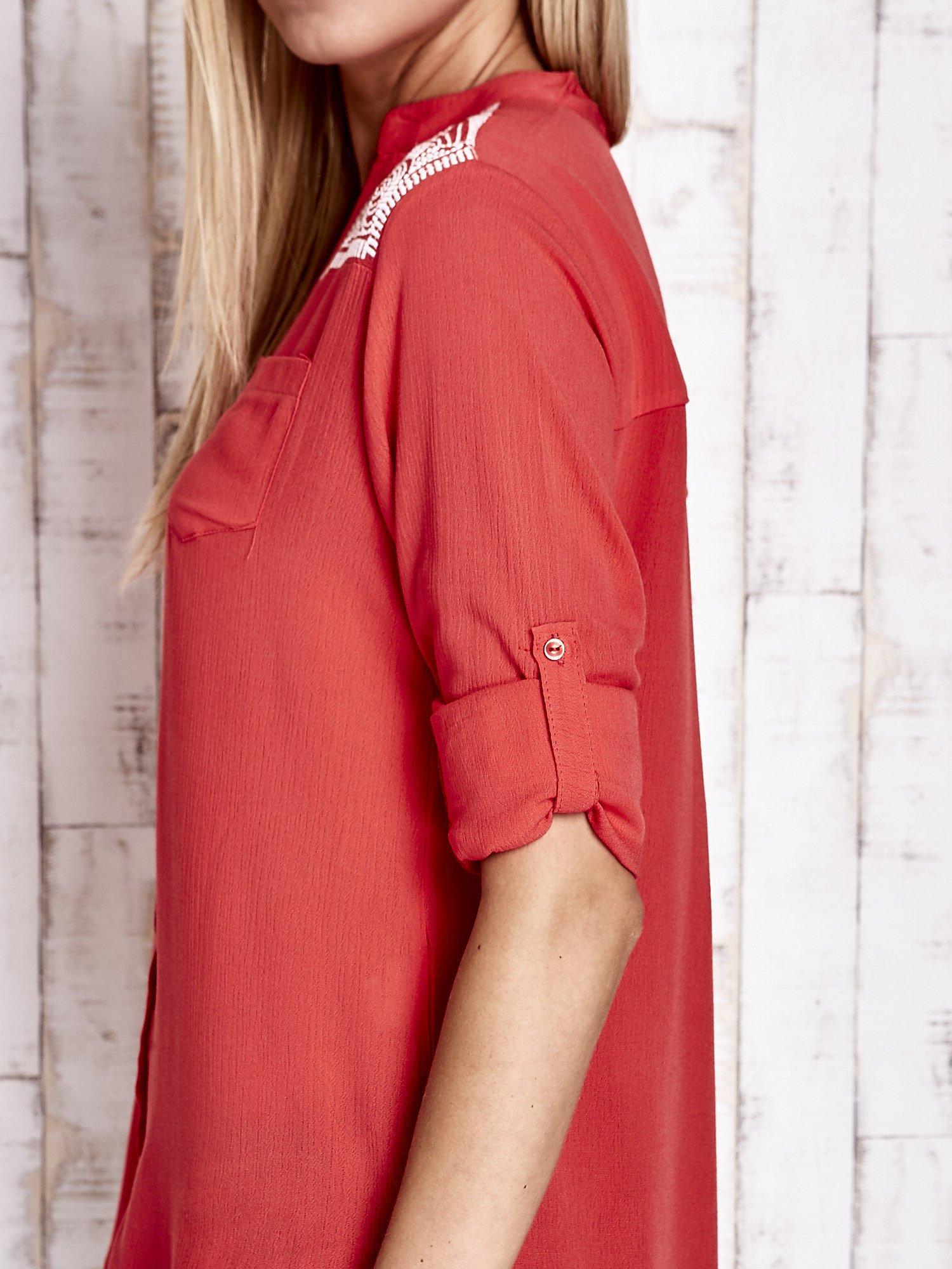 Koralowa koszula damska z haftem na ramionach                                  zdj.                                  8