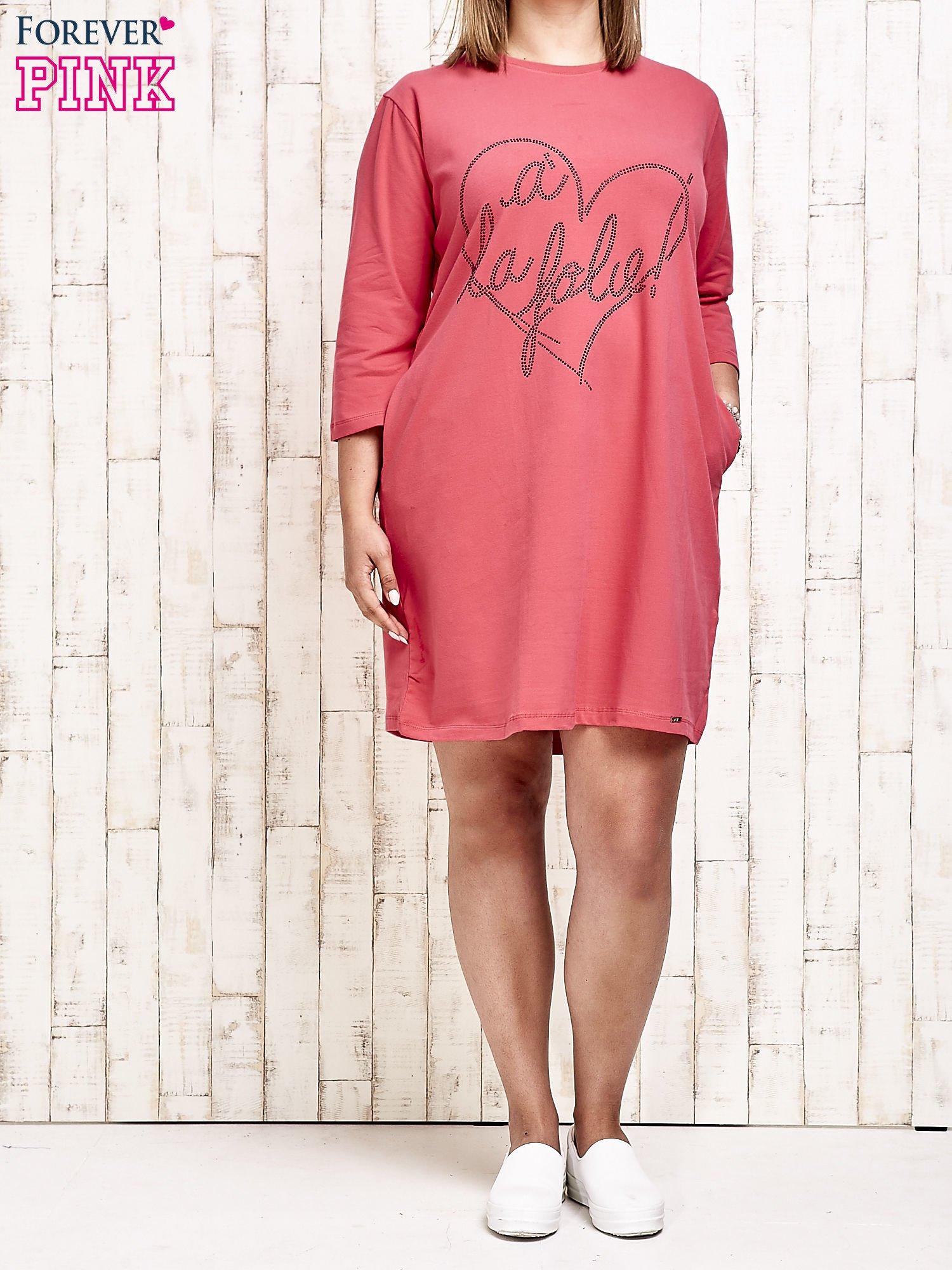 Koralowa sukienka dresowa z dżetami PLUS SIZE                                  zdj.                                  4