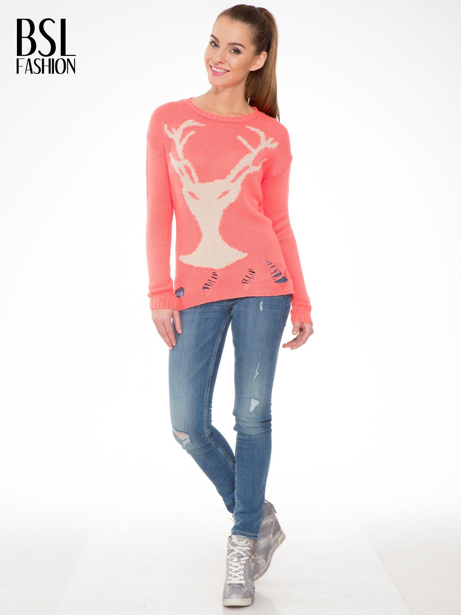 Koralowy sweter z jelonkiem i efektem destroyed                                  zdj.                                  2