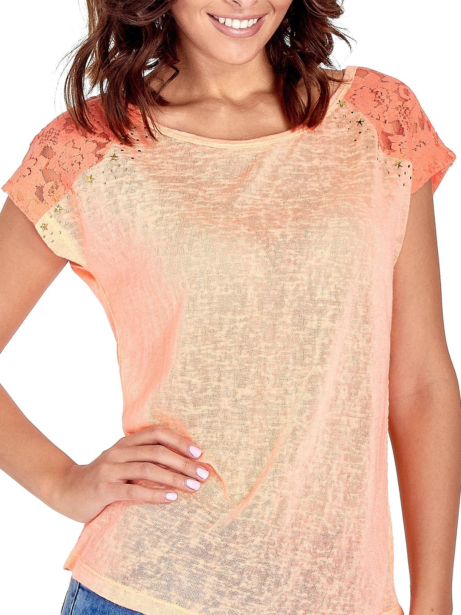 Koralowy t-shirt z koronkowymi rękawami i gwiazdkami                                  zdj.                                  5