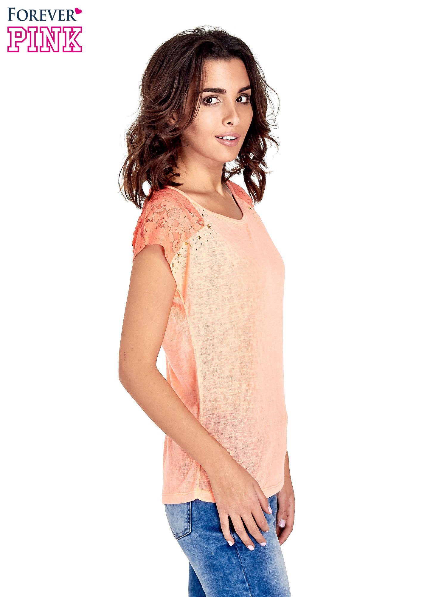 Koralowy t-shirt z koronkowymi rękawami i gwiazdkami                                  zdj.                                  3