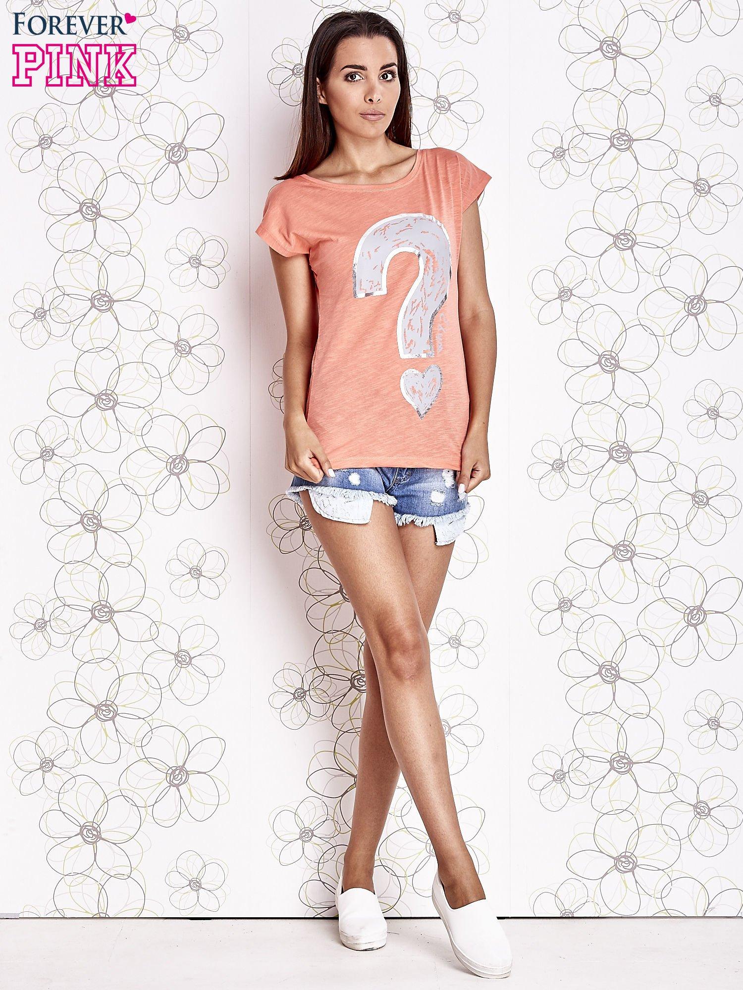 Koralowy t-shirt z nadrukiem znaku zapytania                                  zdj.                                  2