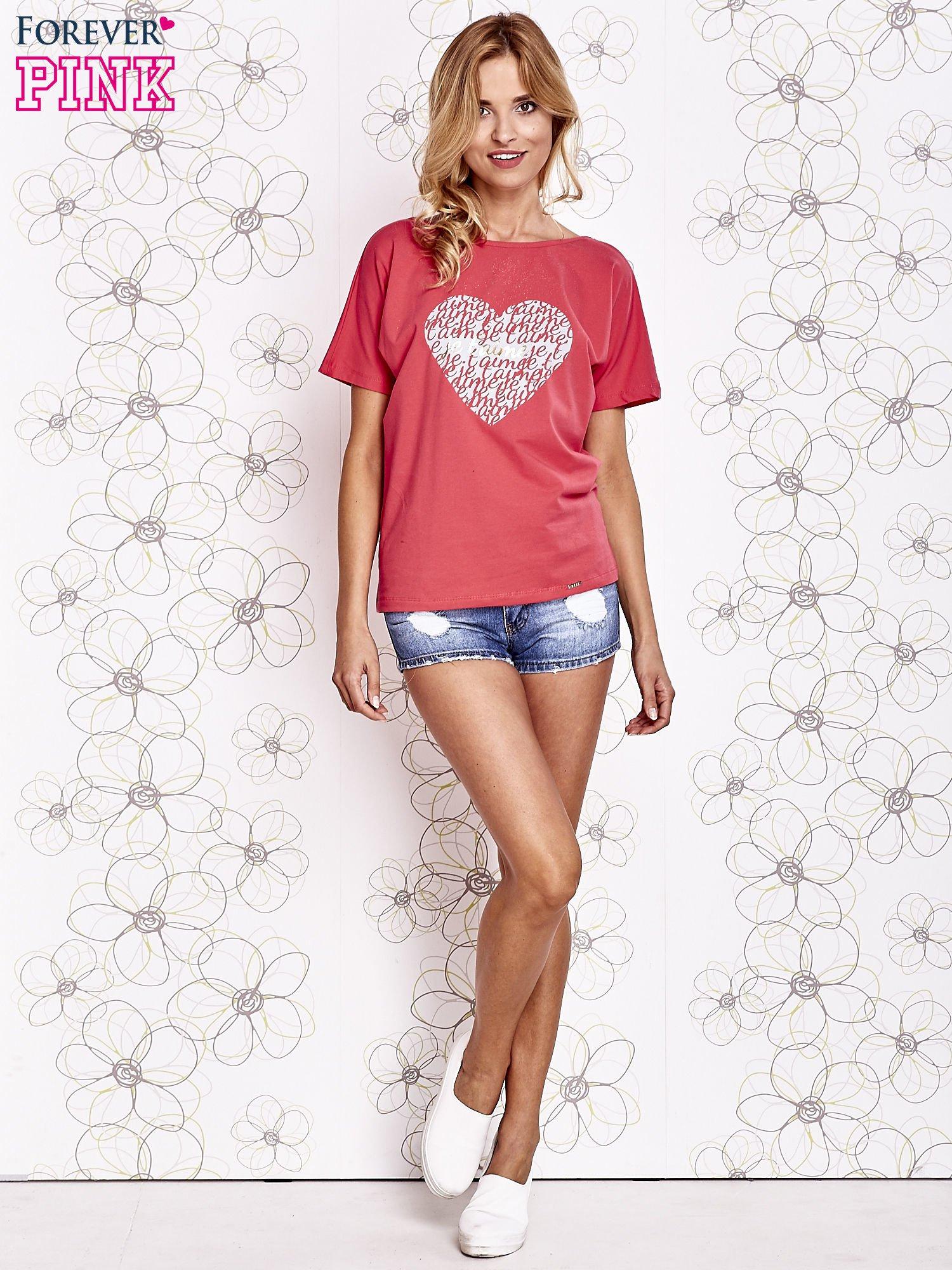 Koralowy t-shirt z napisem JE T'AIME i dekoltem na plecach                                  zdj.                                  2
