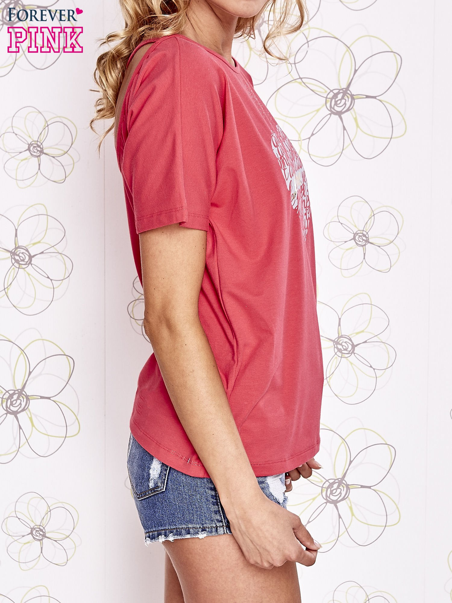 Koralowy t-shirt z napisem JE T'AIME i dekoltem na plecach                                  zdj.                                  3