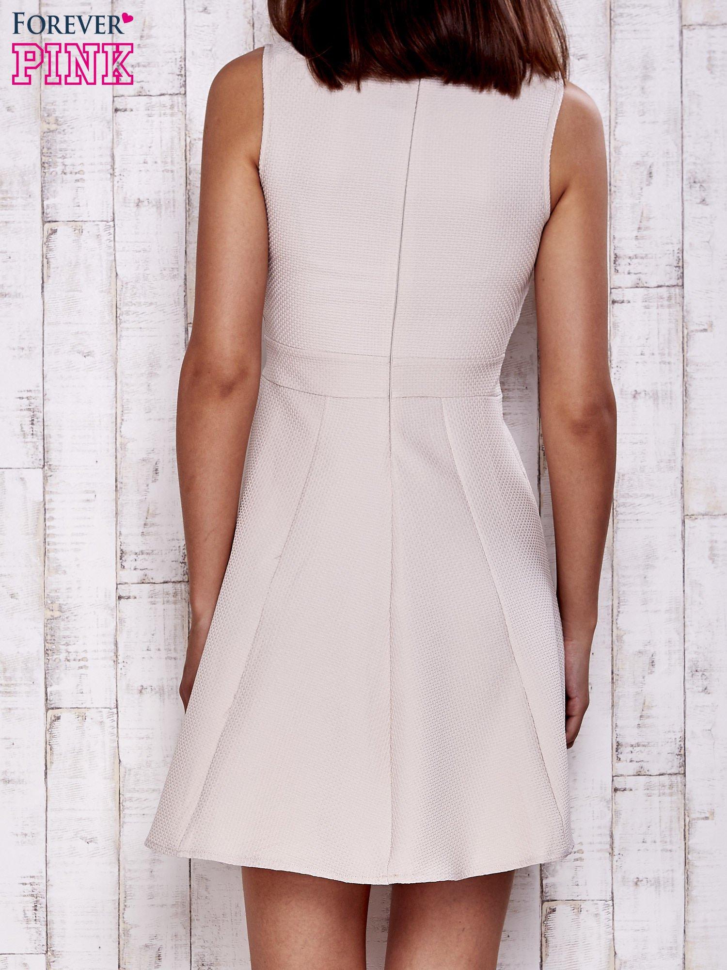 Kremowa fakturowana rozkloszowana sukienka                                  zdj.                                  6