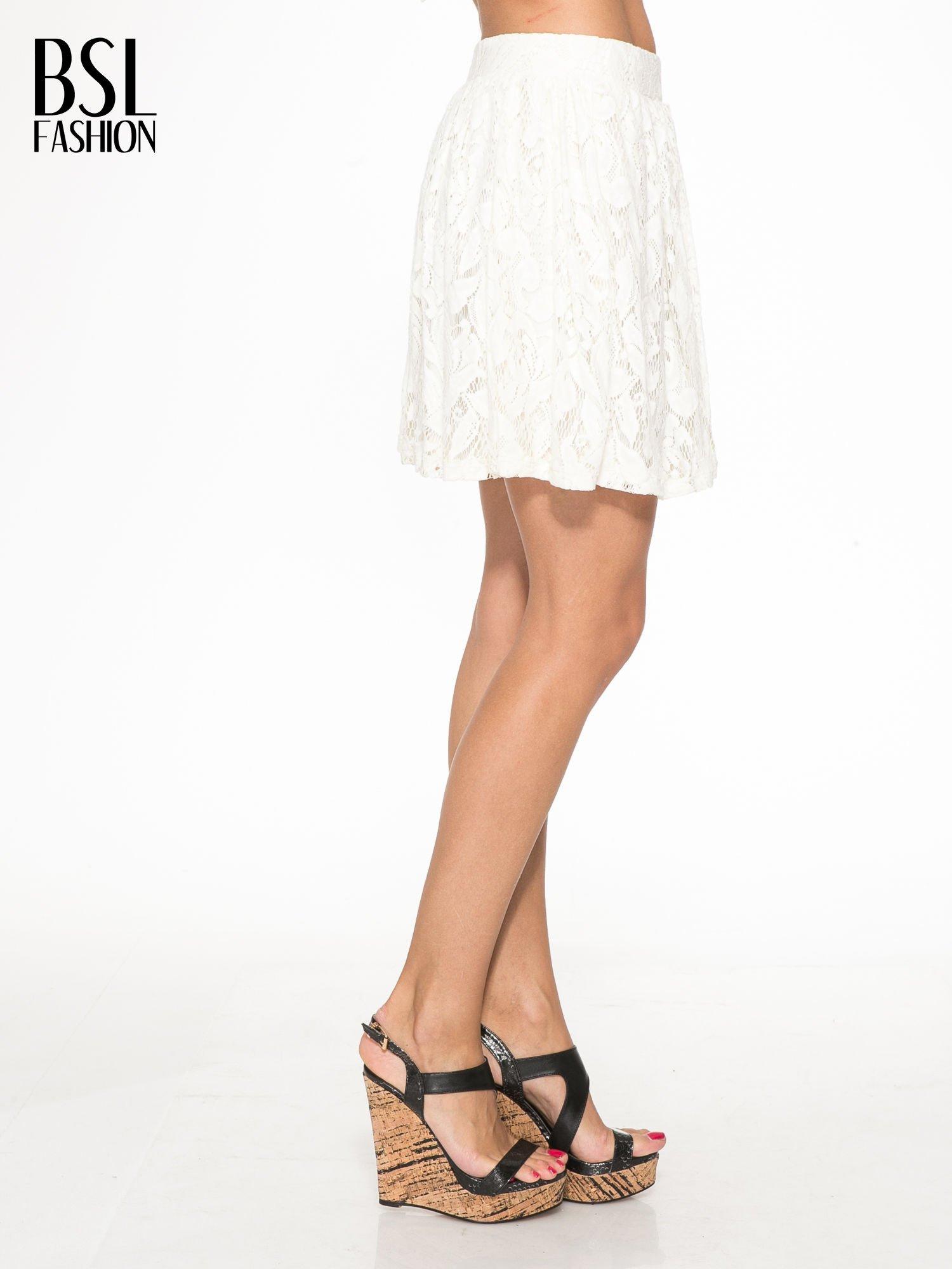 Kremowa koronkowa mini spódniczka na gumkę                                  zdj.                                  3