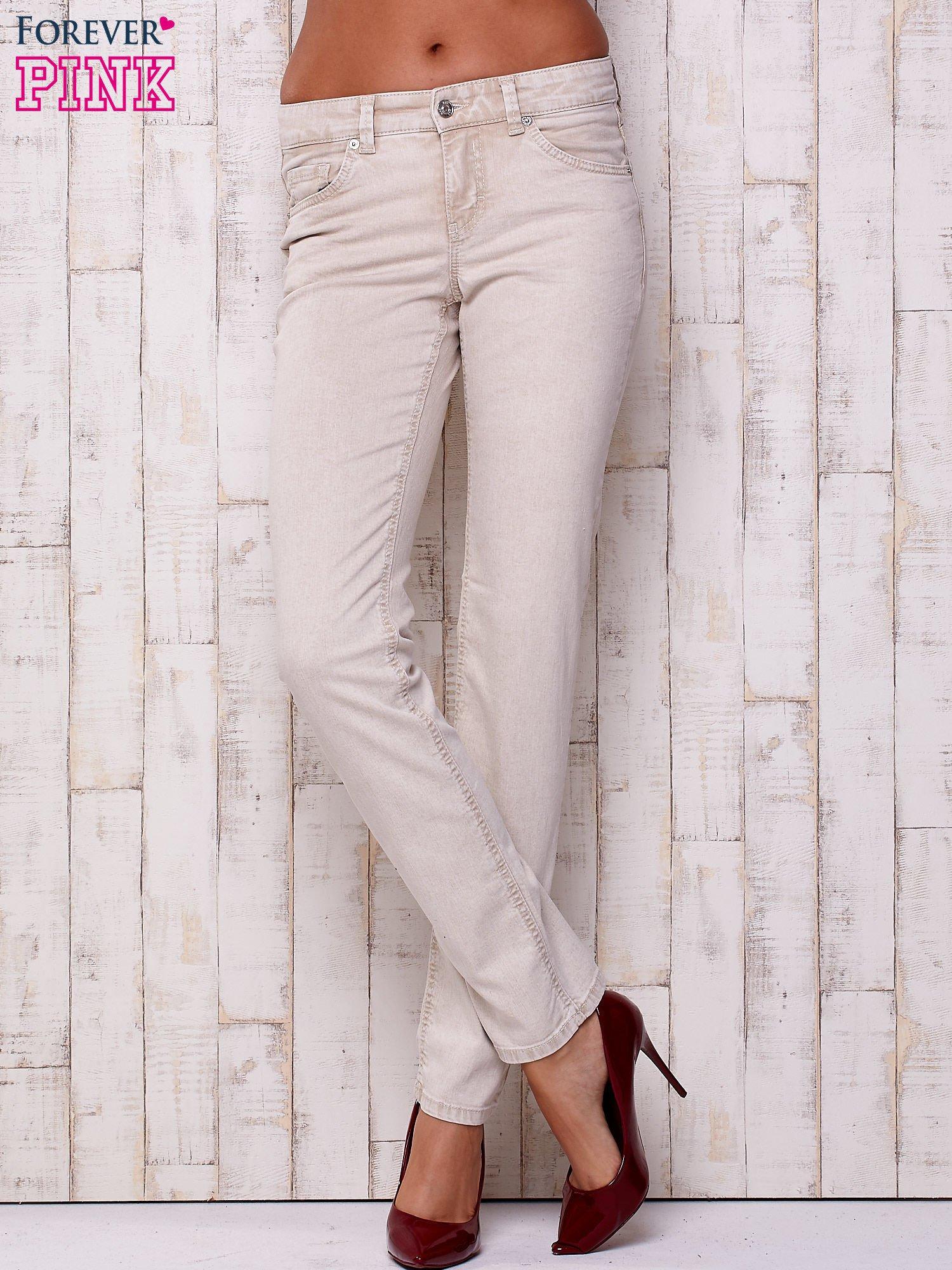 Kremowe proste spodnie ze srebrnymi napami                                  zdj.                                  1