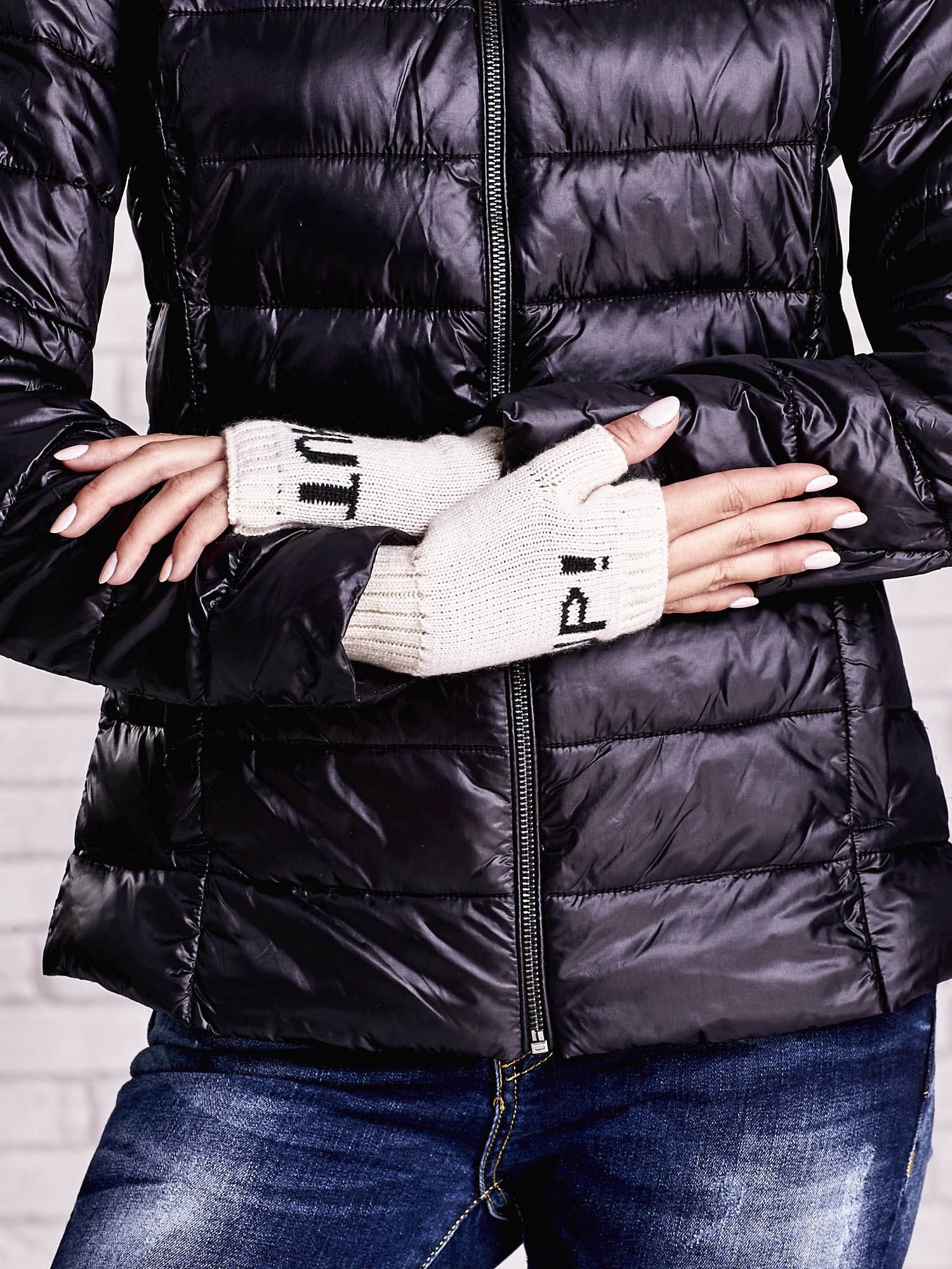 Kremowe rękawiczki bez palców z napisem SHUT UP!                                  zdj.                                  3