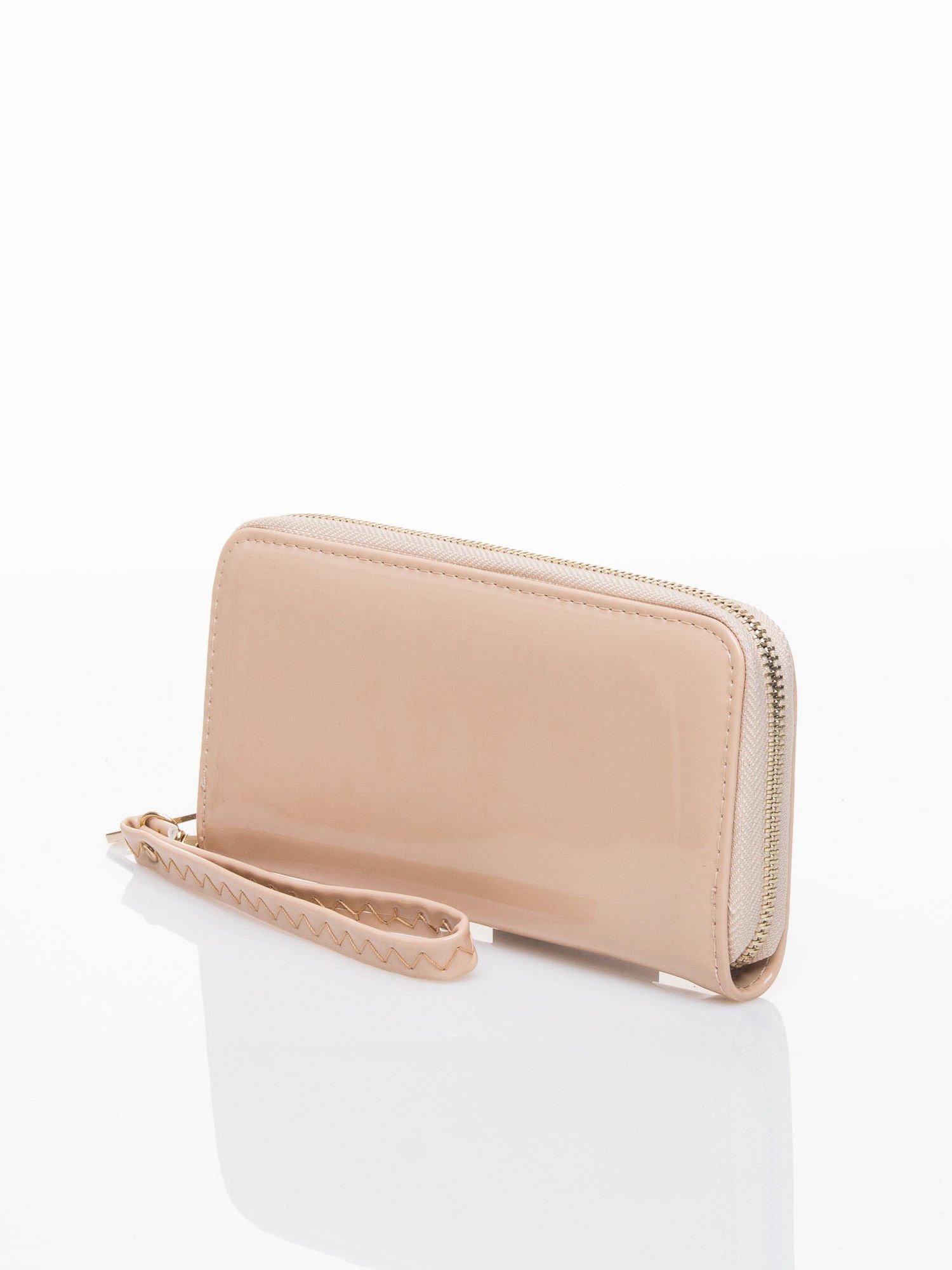 Kremowy lakierowany portfel z rączką                                  zdj.                                  2