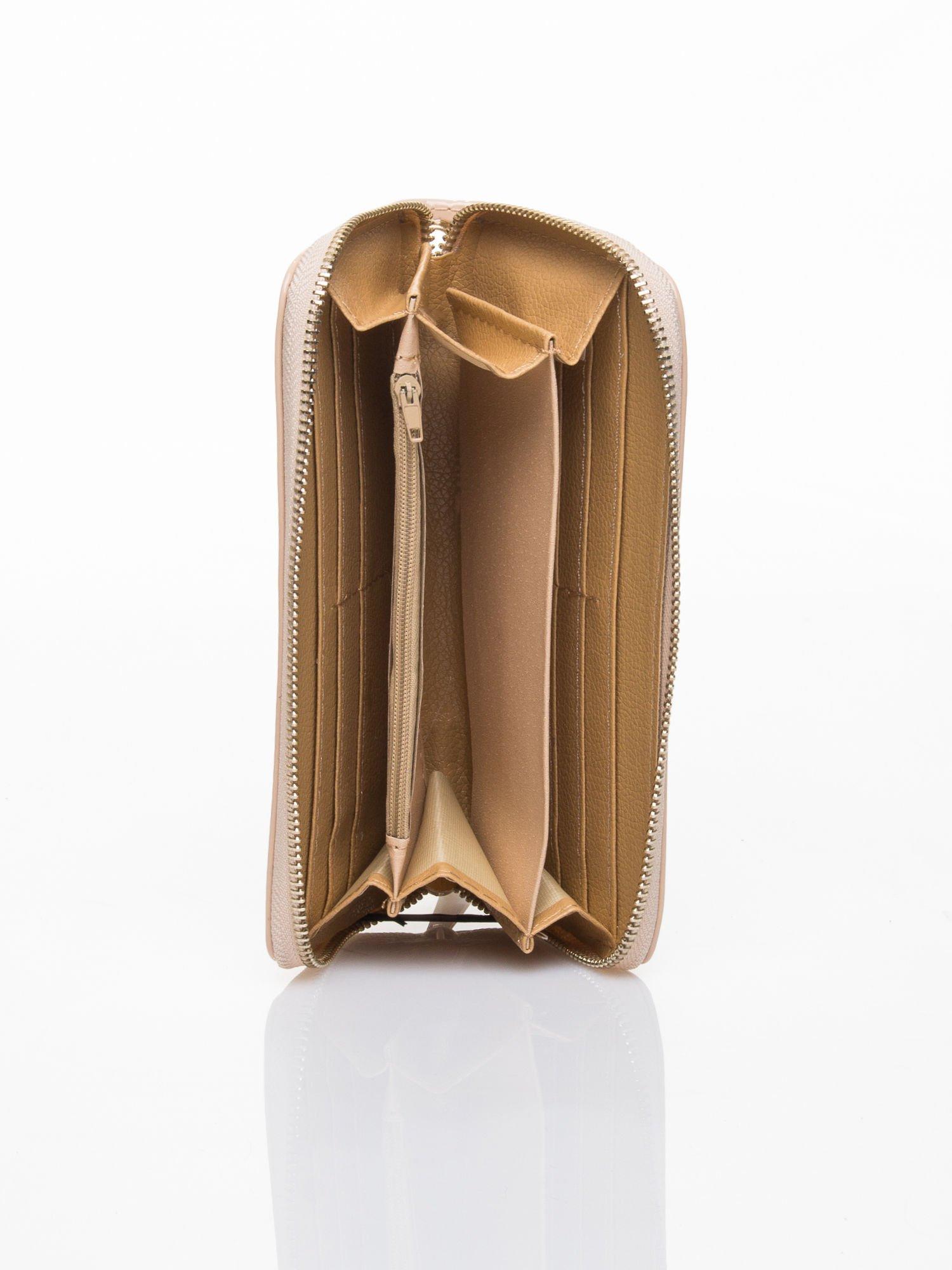 Kremowy lakierowany portfel z rączką                                  zdj.                                  3