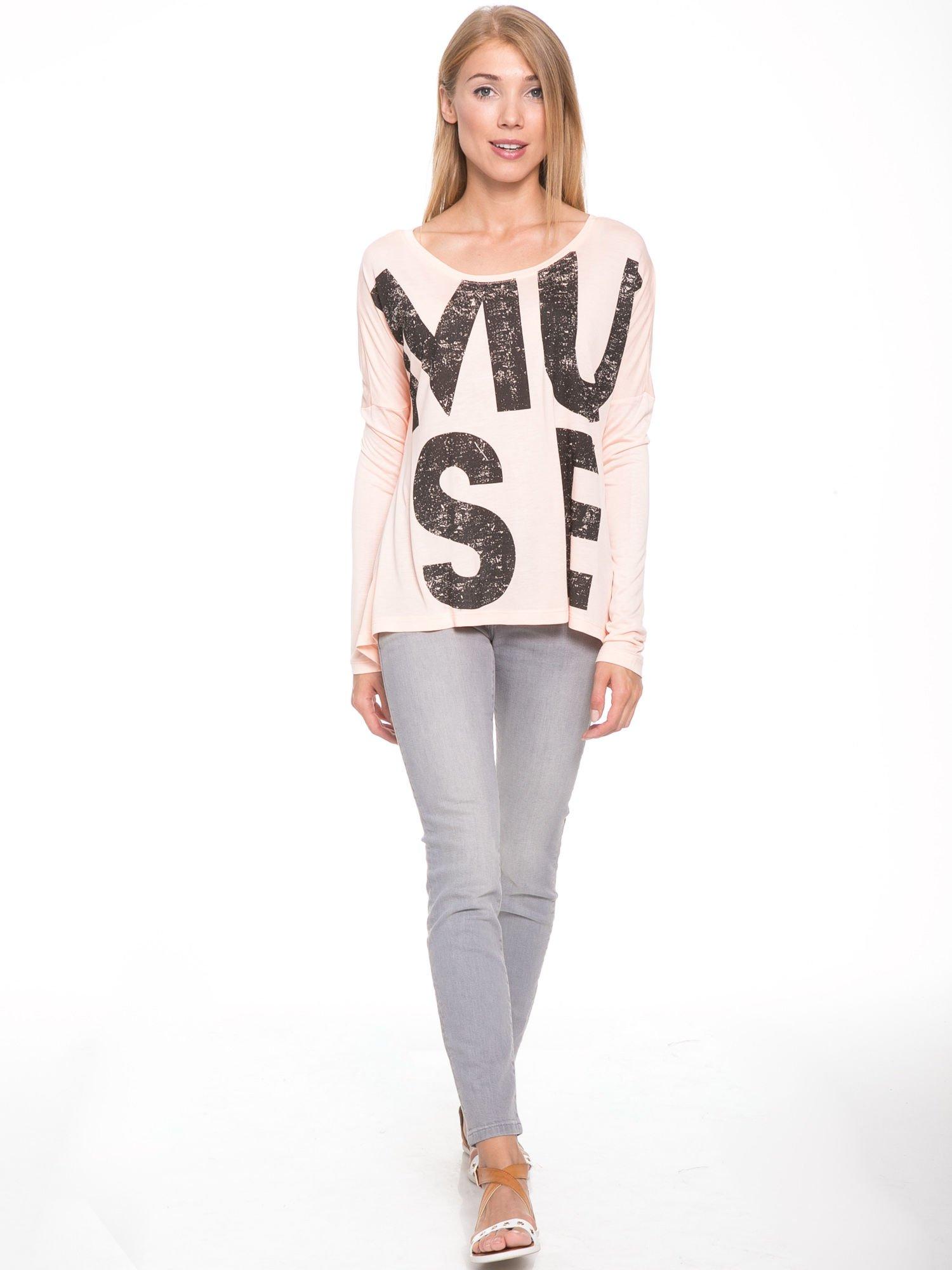 Łososiowa bluzka z dużym napisem MUSE                                  zdj.                                  5