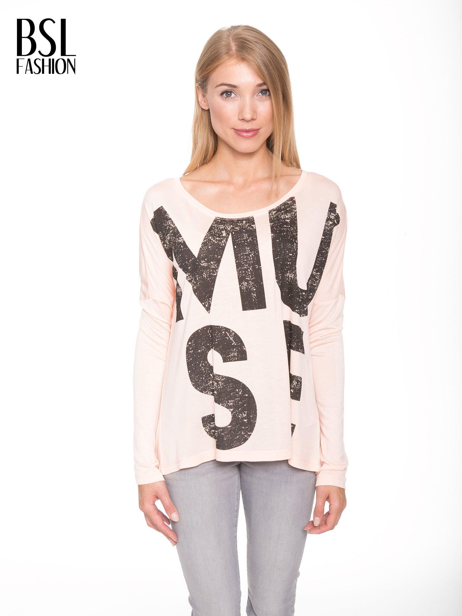 Łososiowa bluzka z dużym napisem MUSE                                  zdj.                                  1
