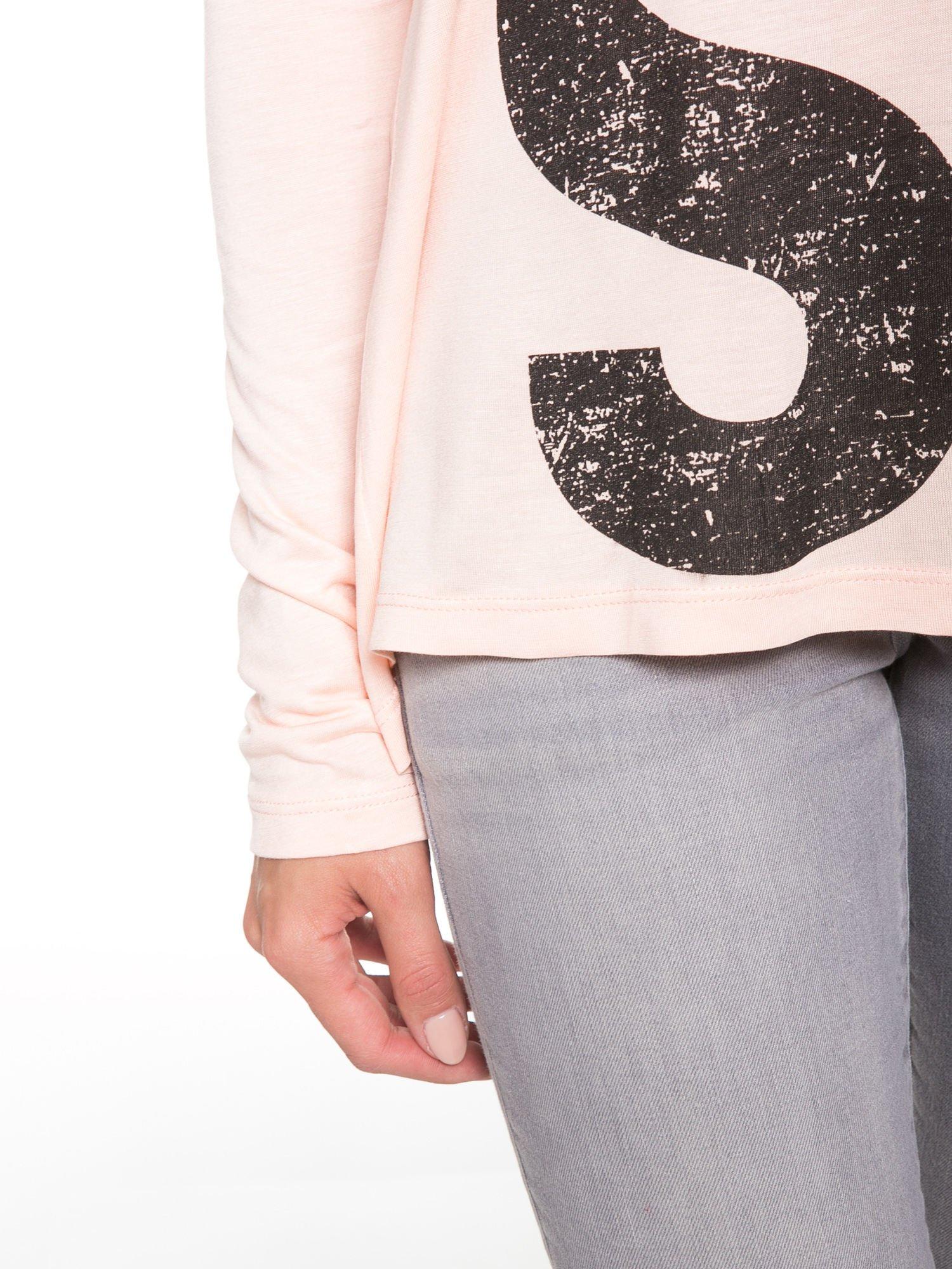 Łososiowa bluzka z dużym napisem MUSE                                  zdj.                                  7