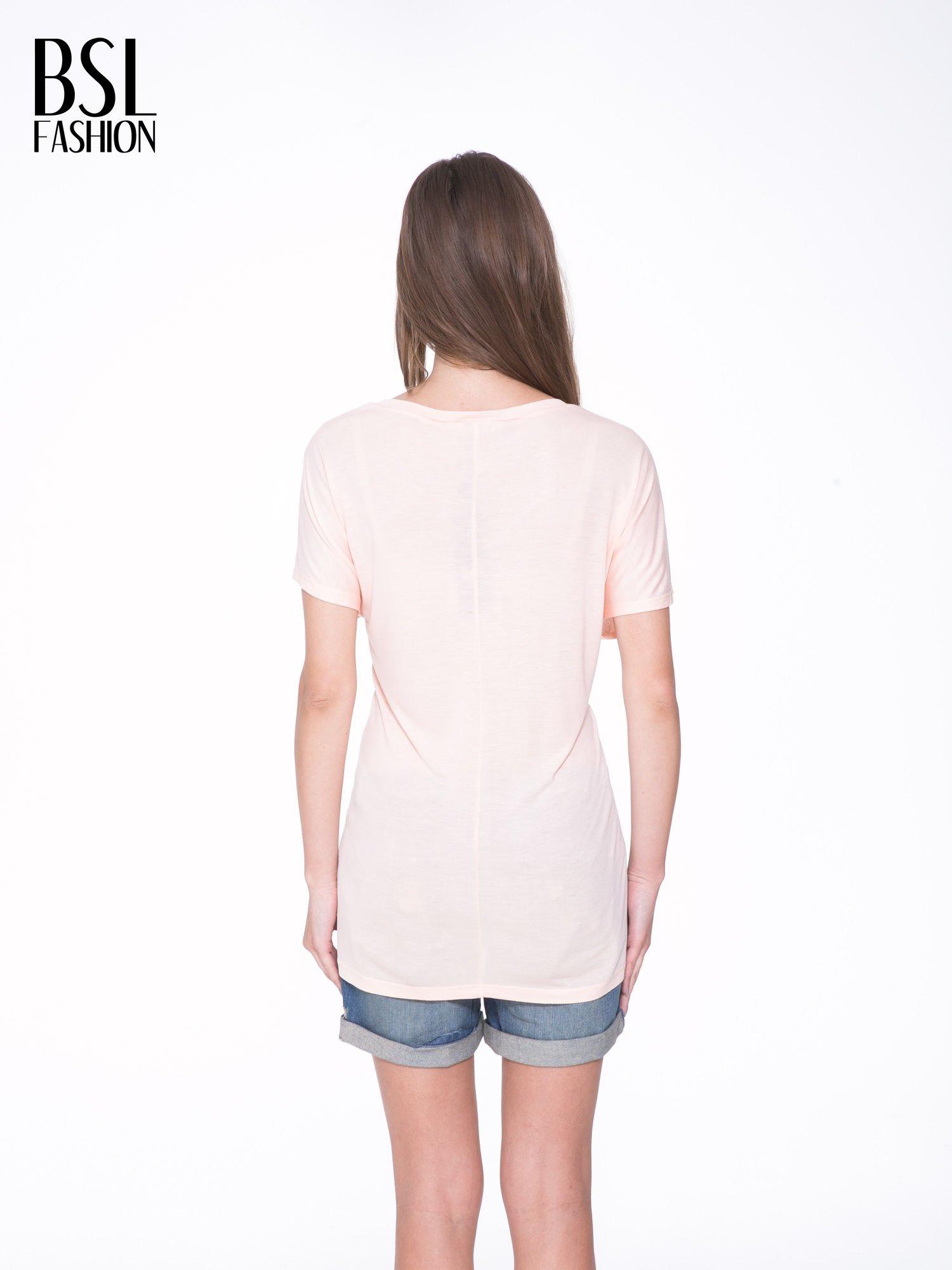 Łososiowy t-shirt z ornamentowym nadrukiem                                  zdj.                                  4