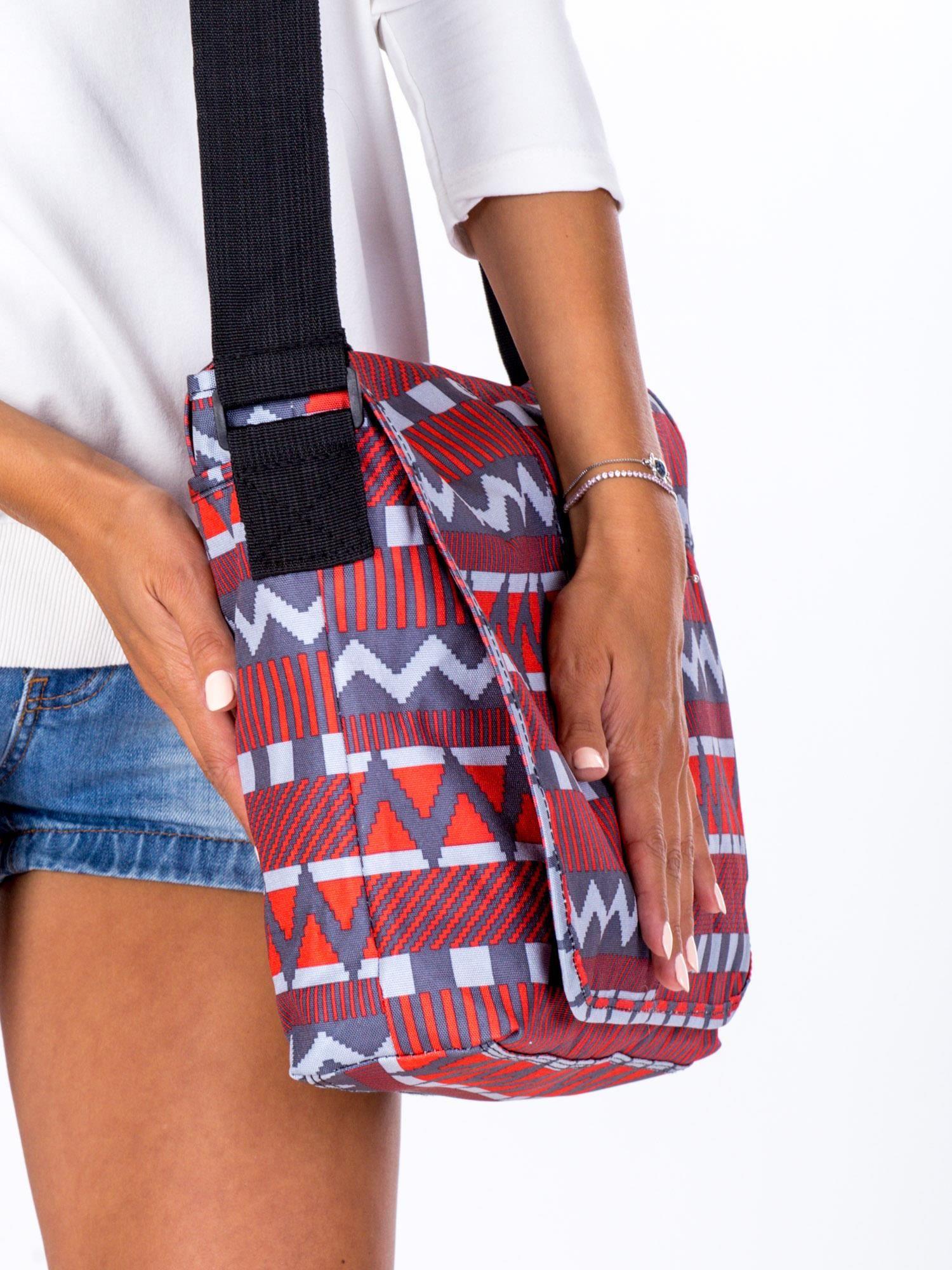 50bed73a48d5d Materiałowa torba na ramię w geometryczne wzory - Akcesoria torba ...