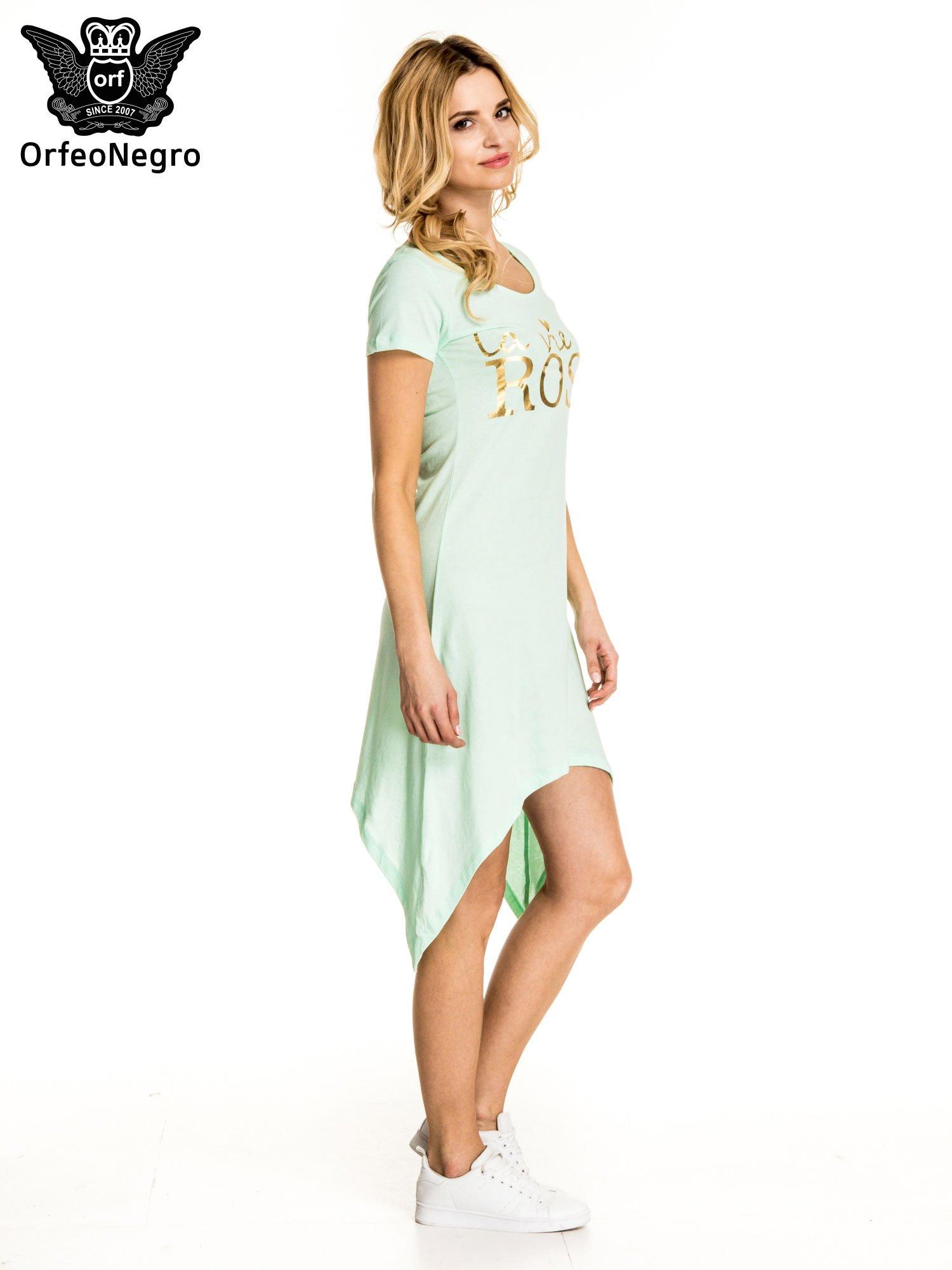 Miętowa sukienka z asymetrycznymi bokami i złotym napisem LA VIE EN ROSE                                  zdj.                                  3