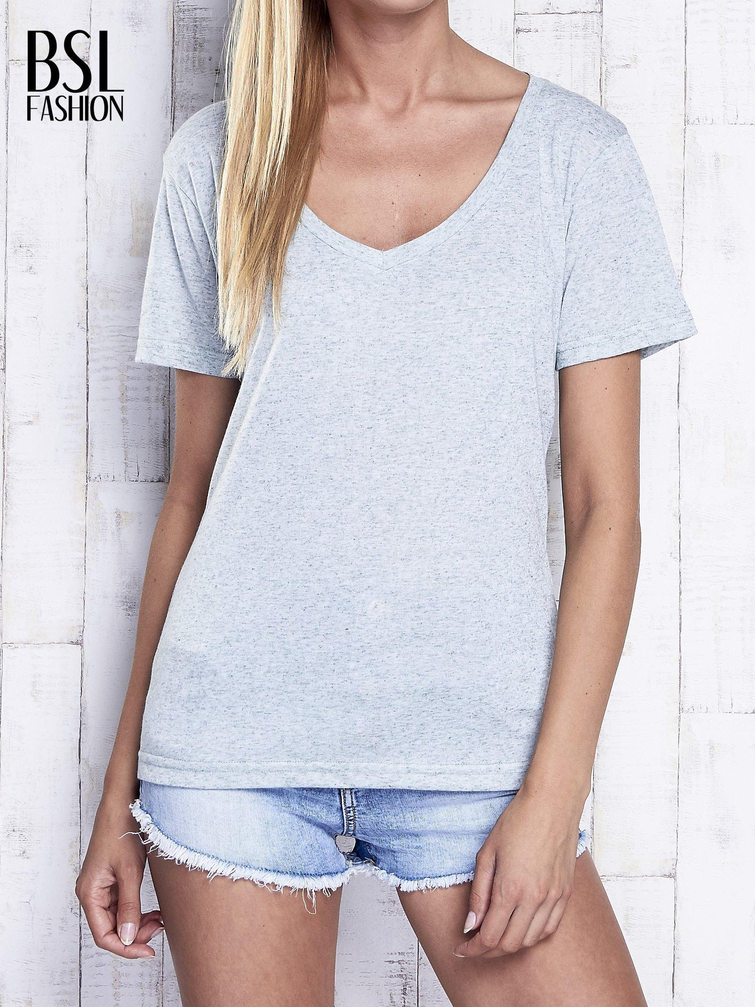 Miętowy melanżowy t-shirt z trójkątnym dekoltem                                  zdj.                                  1