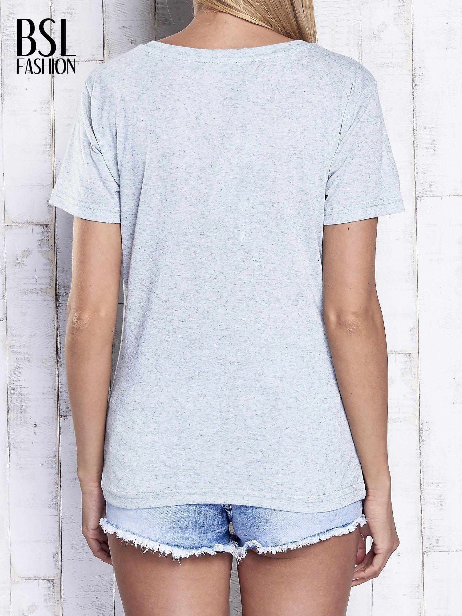 Miętowy melanżowy t-shirt z trójkątnym dekoltem                                  zdj.                                  2