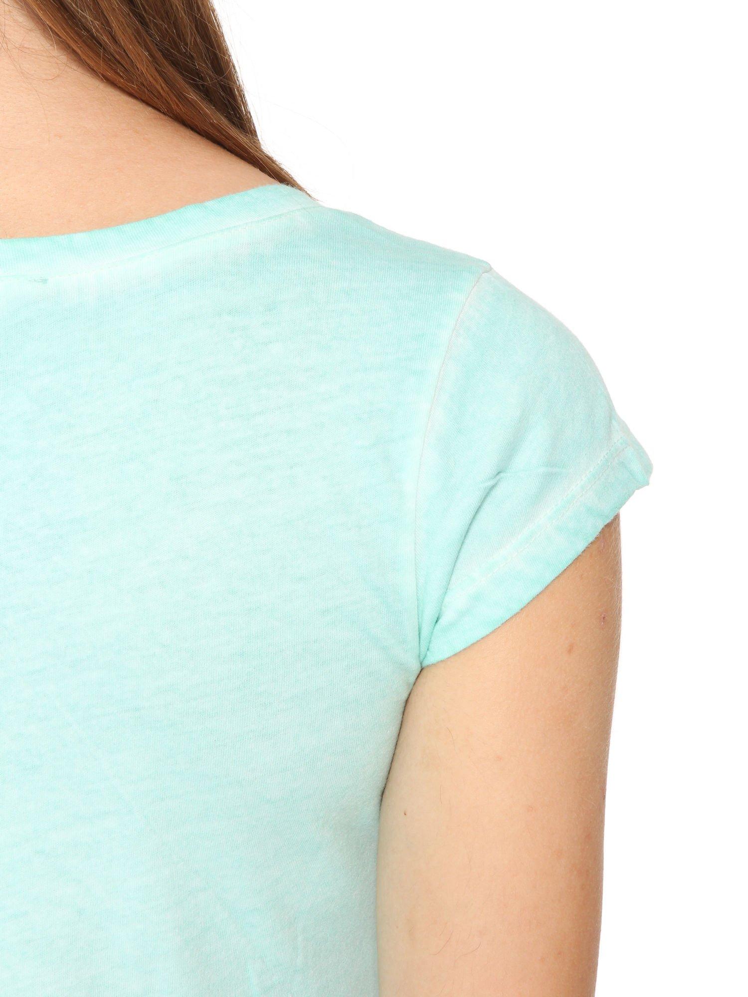 Miętowy t-shirt z cekinowym krzyżem                                  zdj.                                  10