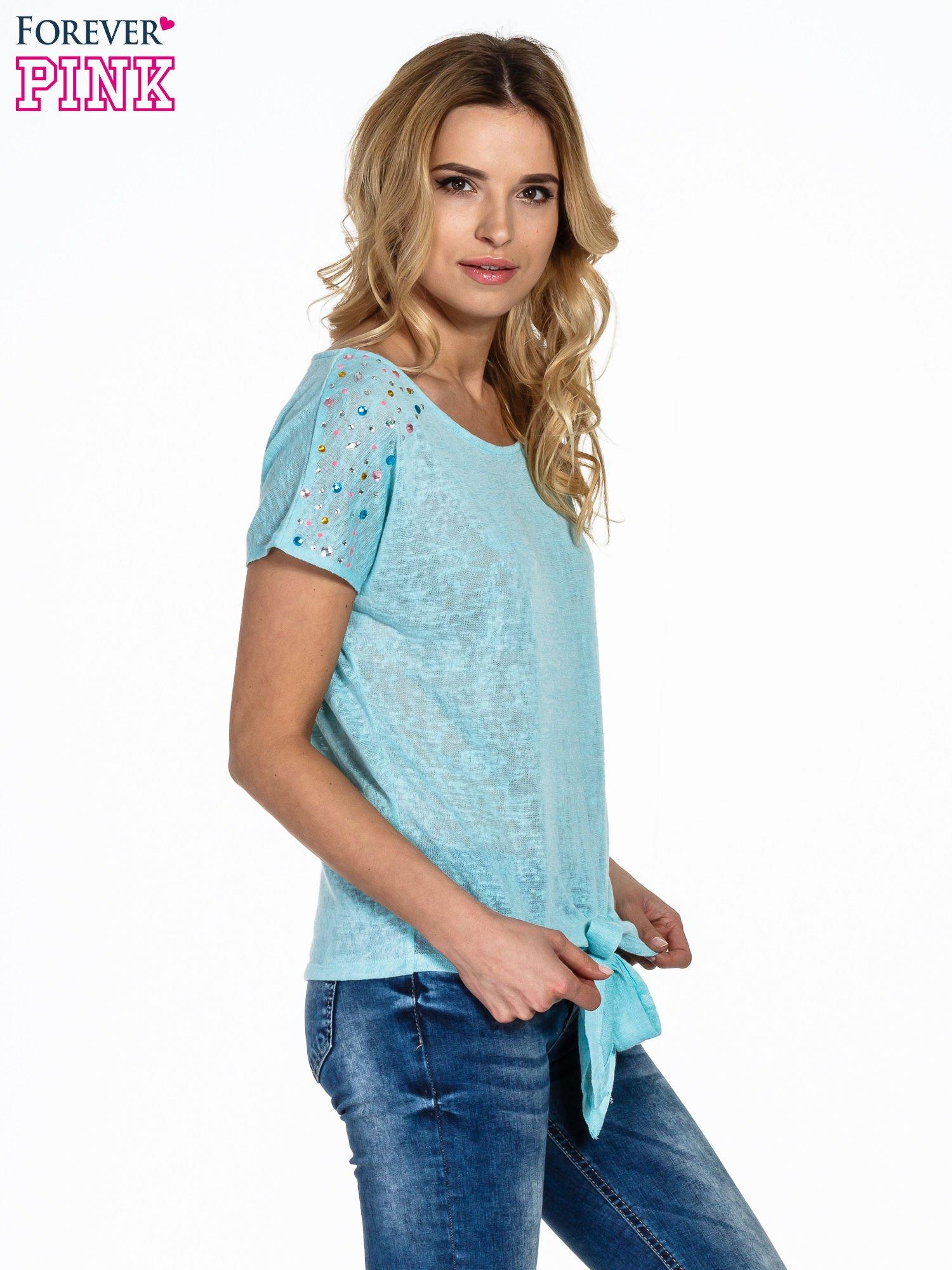 Miętowy t-shirt z węzłem zdobiony kryształkami                                  zdj.                                  3