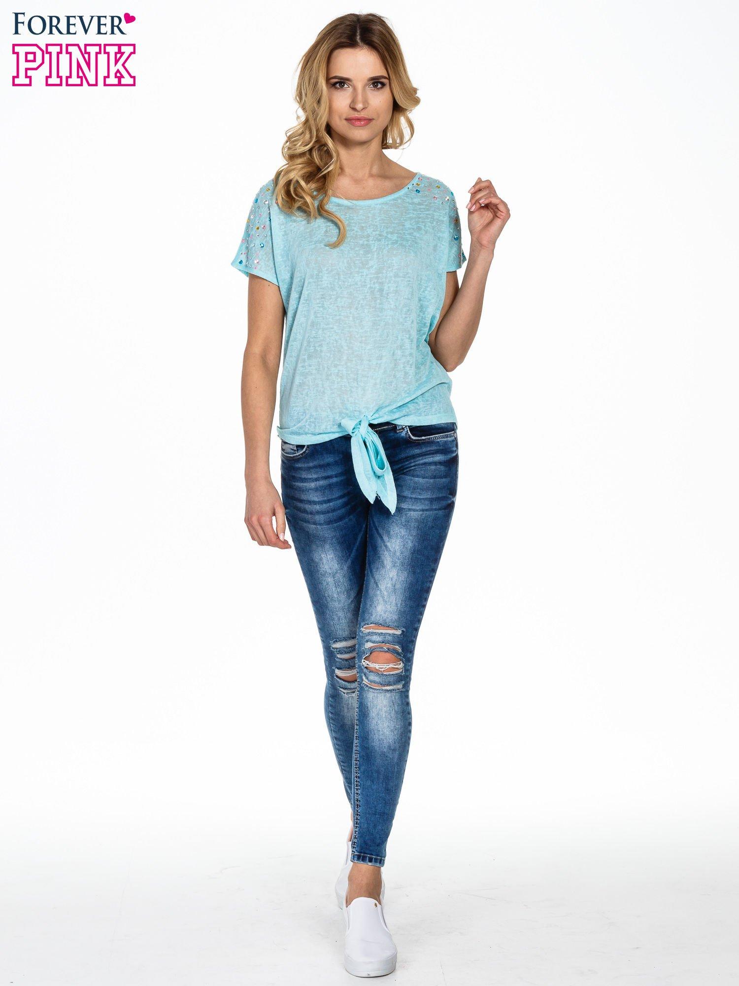 Miętowy t-shirt z węzłem zdobiony kryształkami                                  zdj.                                  2