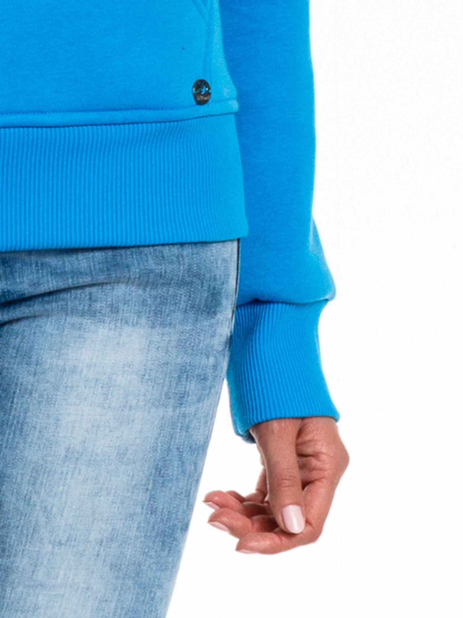 Niebieska bluza sportowa z kapturem i dżetami                                  zdj.                                  7
