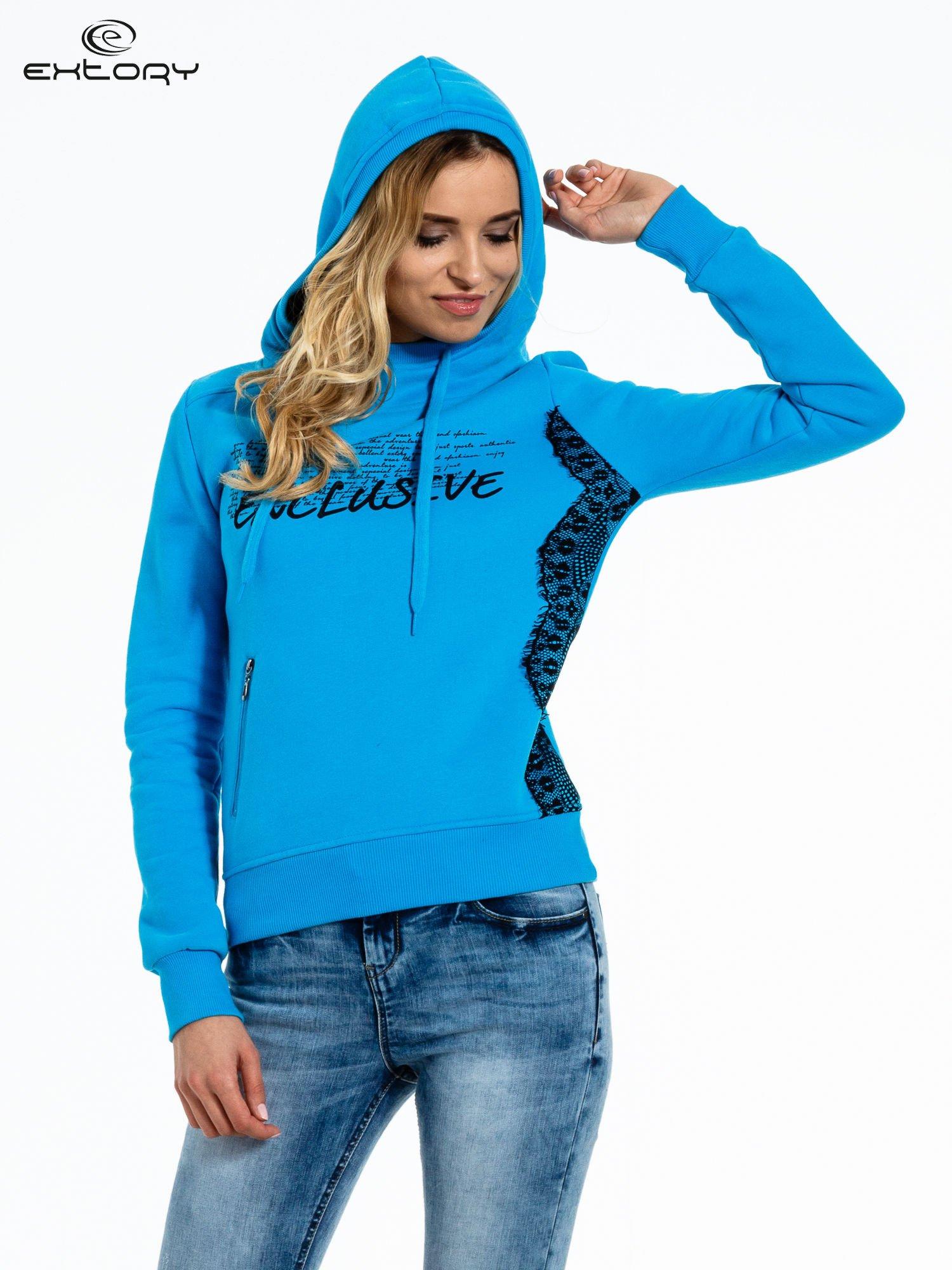 Niebieska bluza sportowa z kapturem i koronką                                  zdj.                                  5