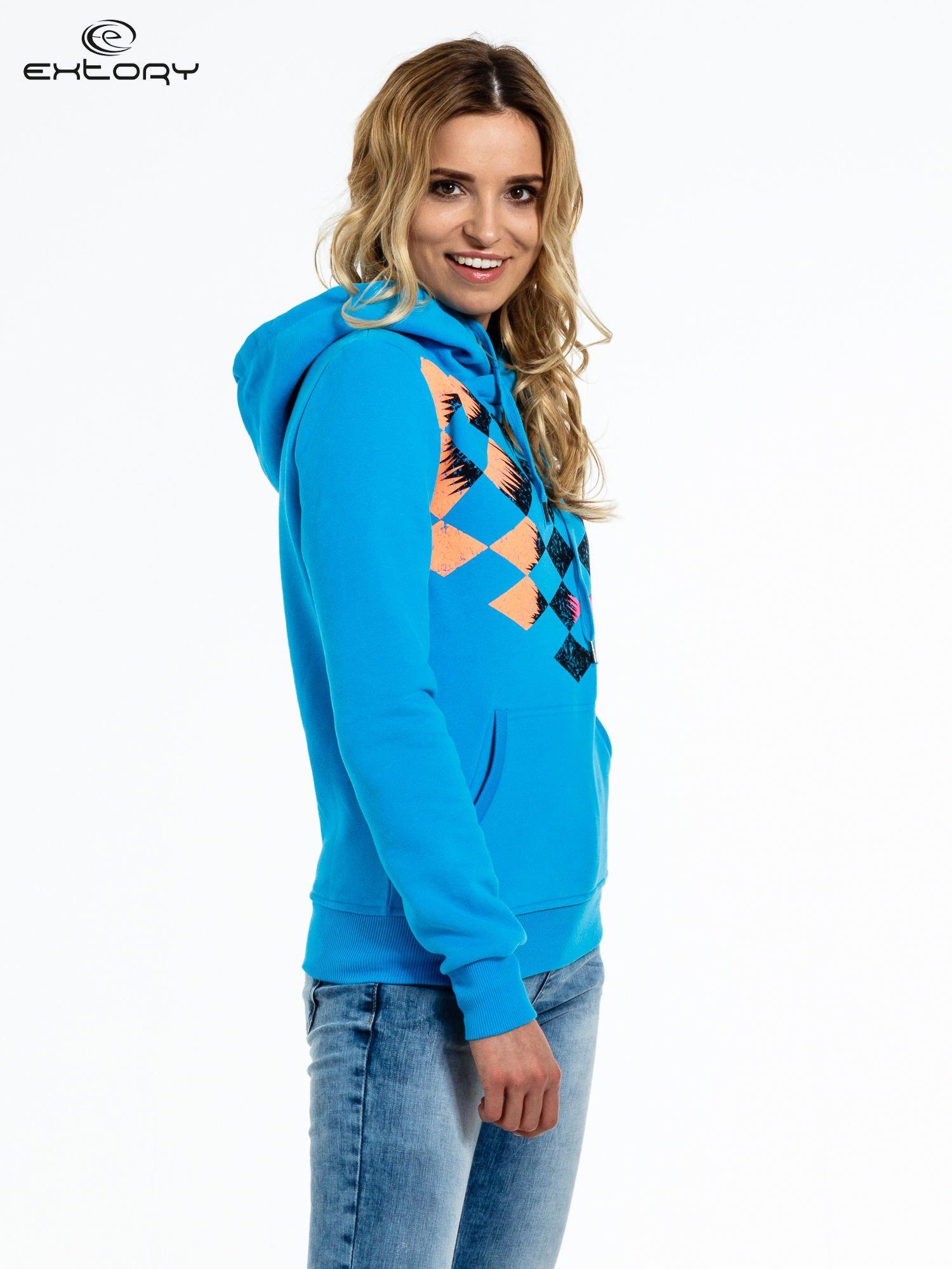 Niebieska bluza sportowa z kapturem i nadrukiem w romby                                  zdj.                                  3