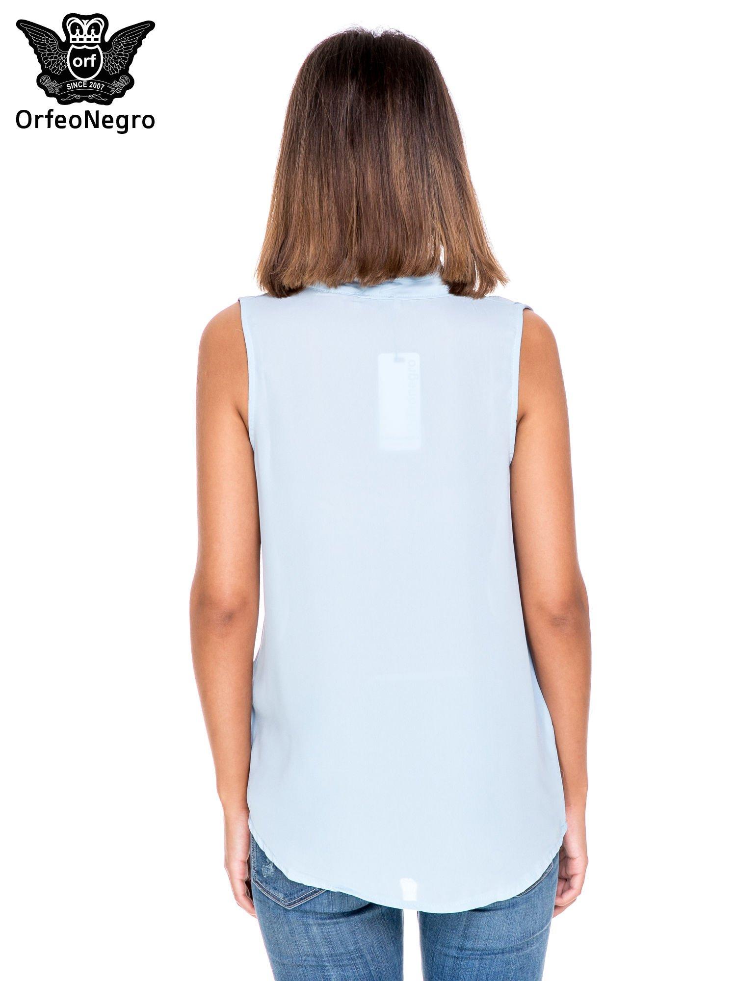 Niebieska bluzka koszulowa z dekoltem V-neck                                  zdj.                                  4