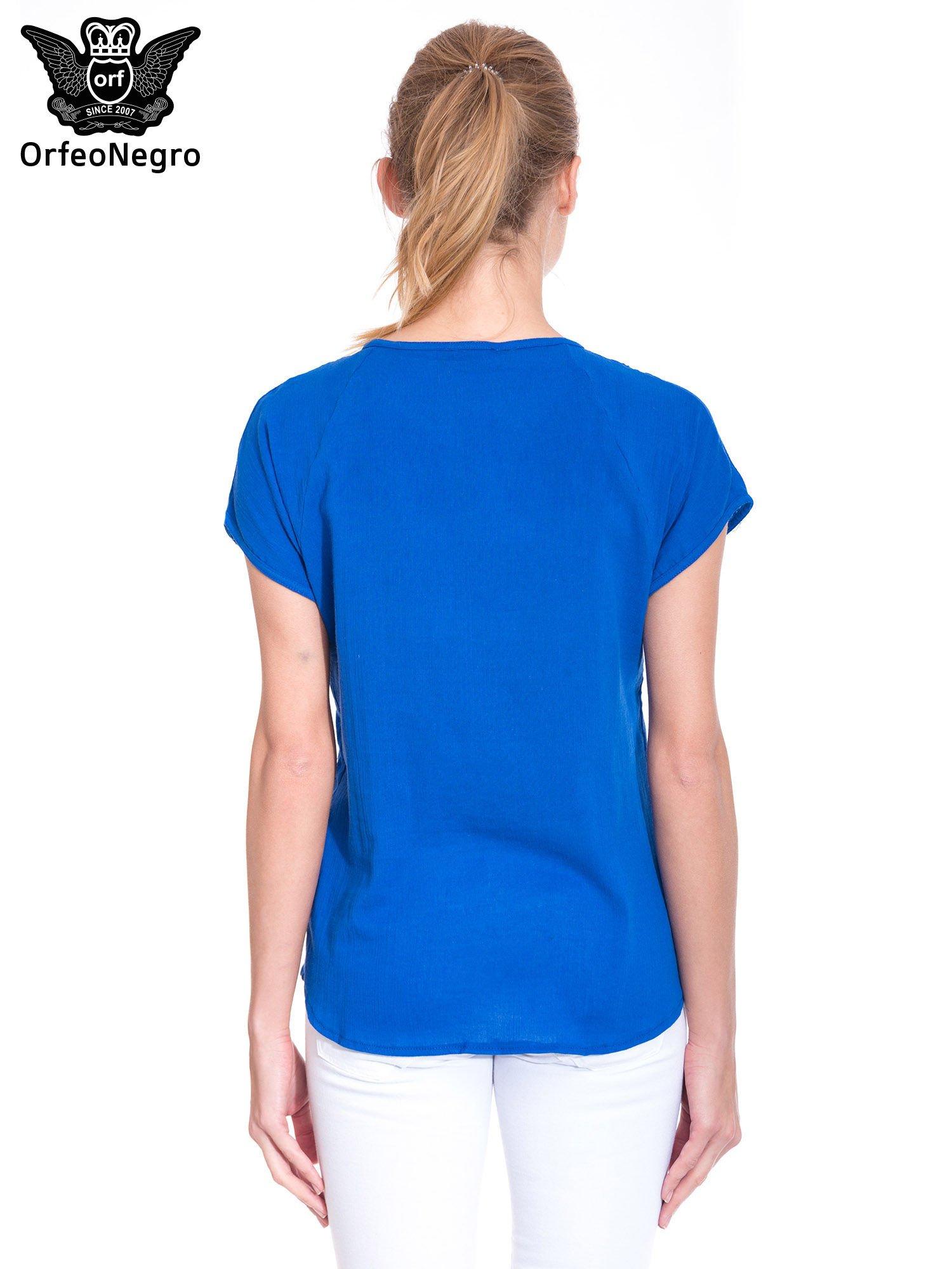 Niebieska bluzka koszulowa z haftem i ażurowaniem przy dekolcie                                  zdj.                                  4