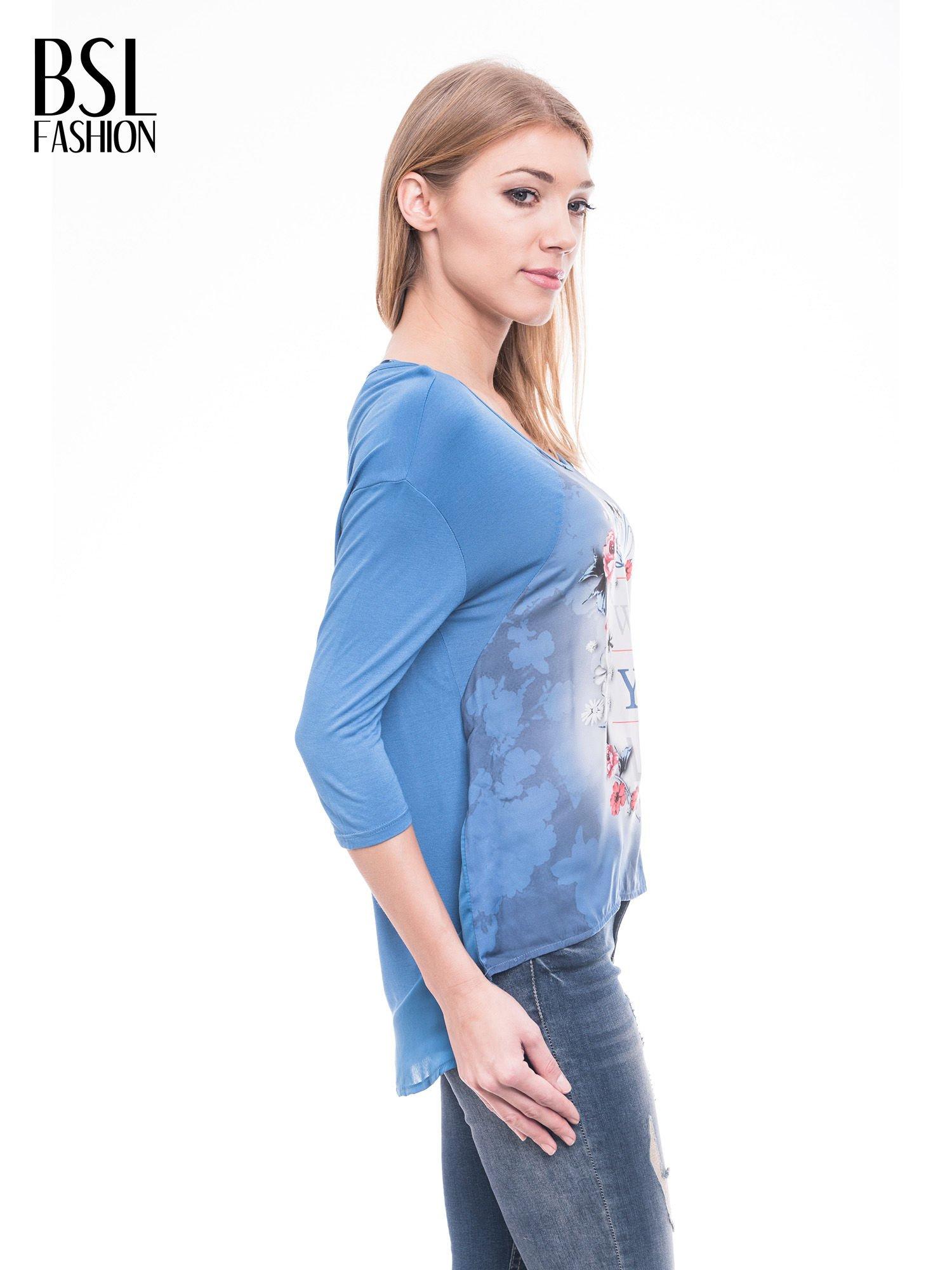 Niebieska bluzka z kwiatowym nadrukiem i rękawami 3/4                                  zdj.                                  3